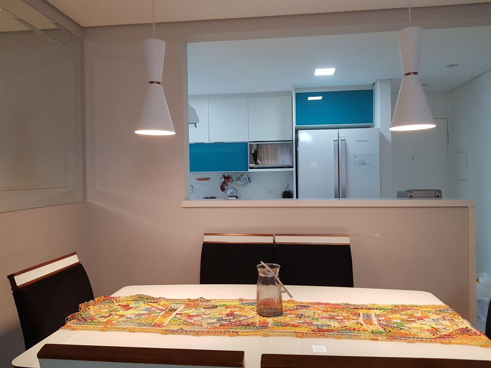 Foto de Quarto com garrafa, geladeira, microondas, mesa de jantar