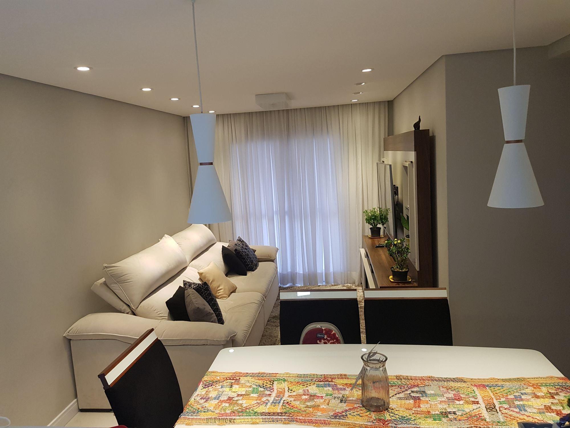 Foto de Sala com vaso de planta, sofá, cadeira, mesa de jantar