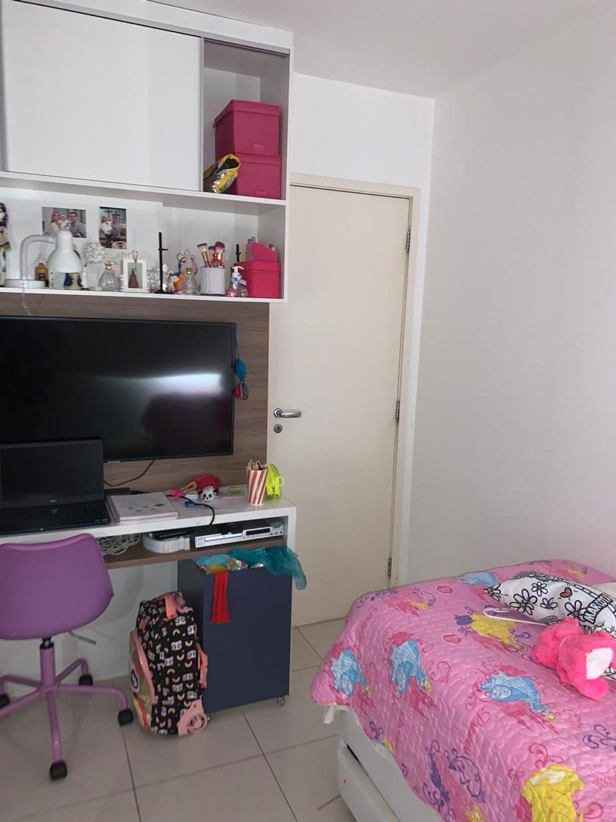 Foto de Quarto com cama, televisão, computador portátil, cadeira