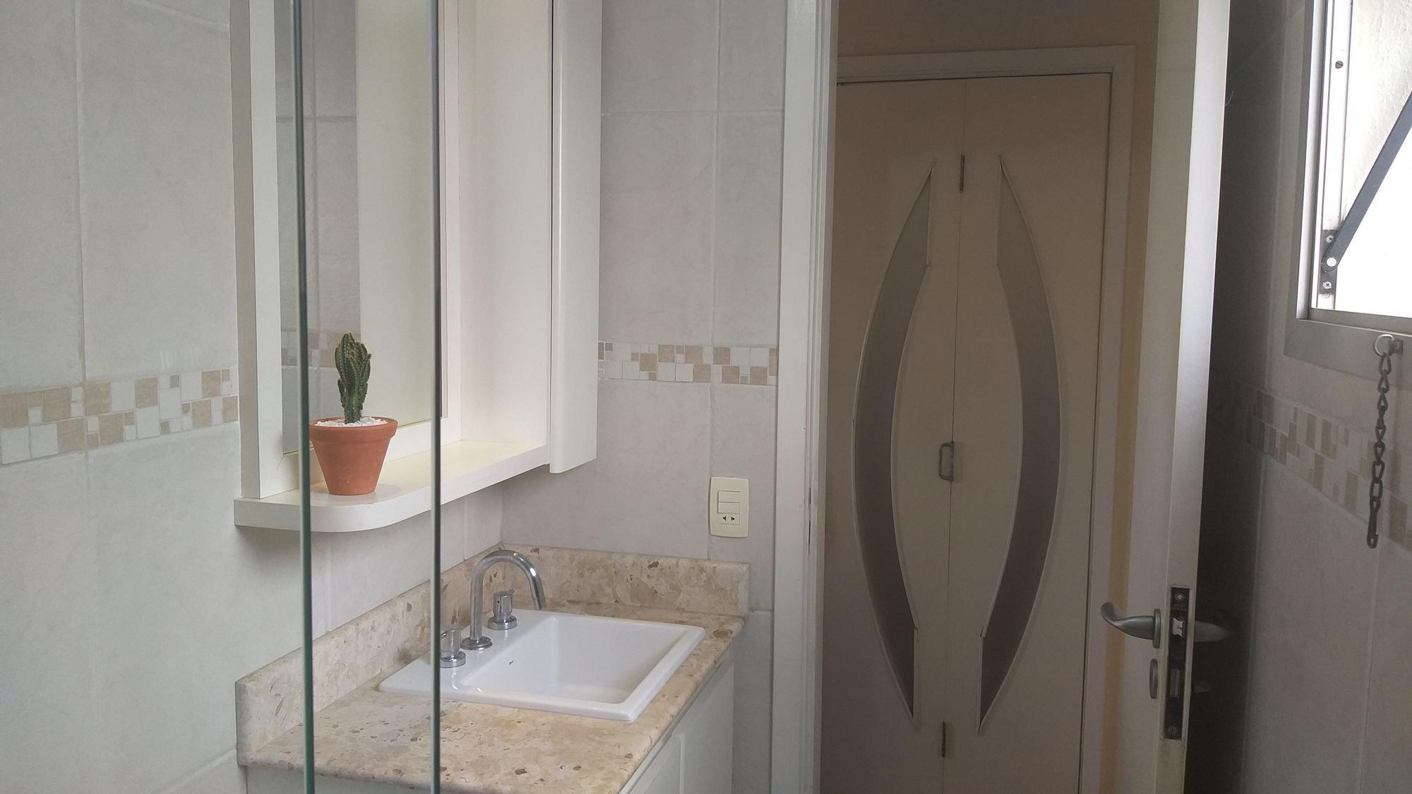 Foto de Banheiro com vaso de planta, pia