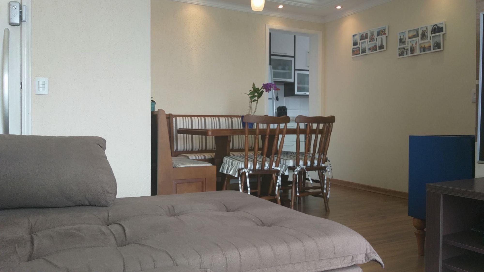 Foto de Sala com cama, vaso, cadeira