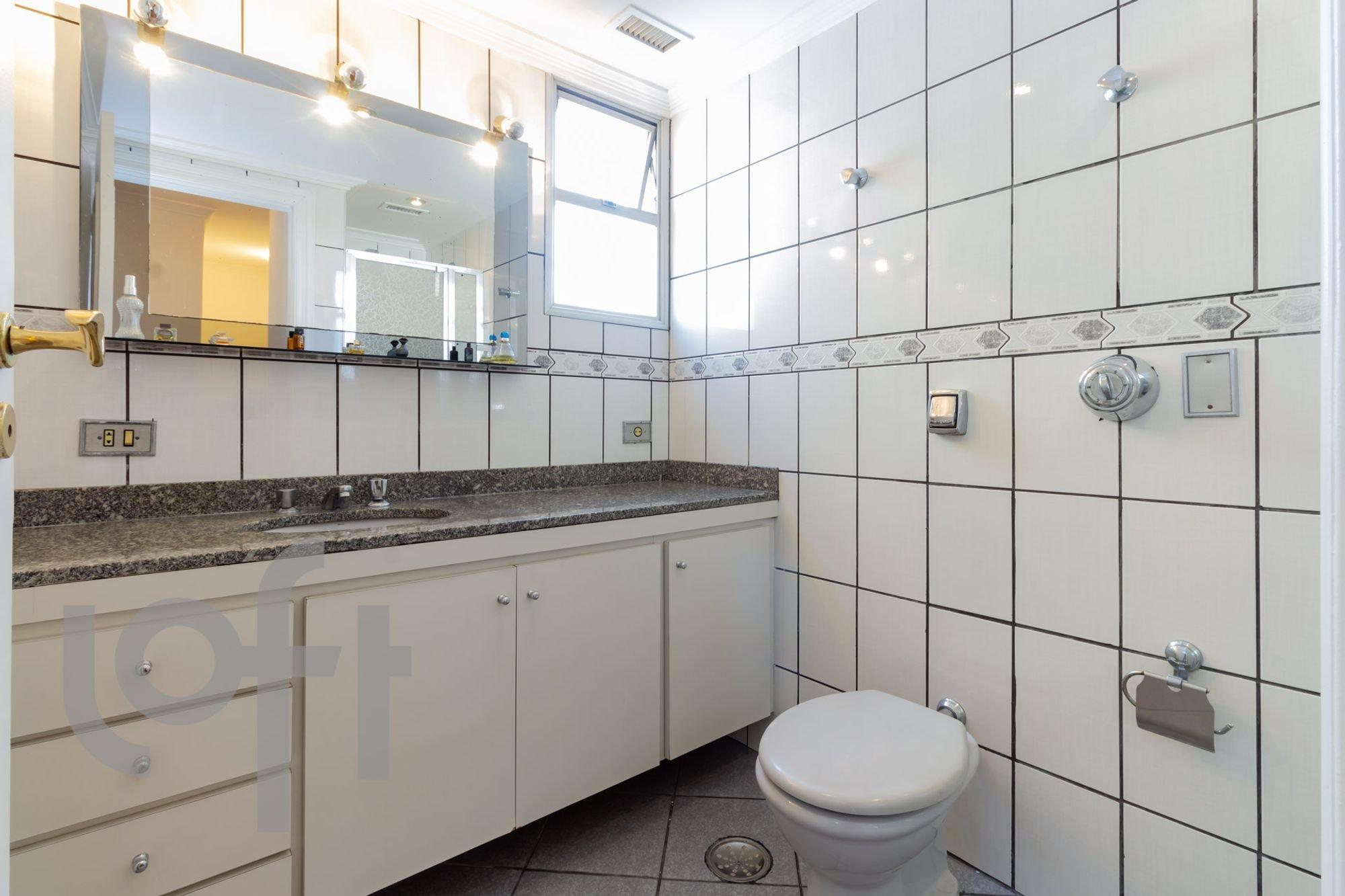 Foto de Cozinha com vaso sanitário, pia, garrafa