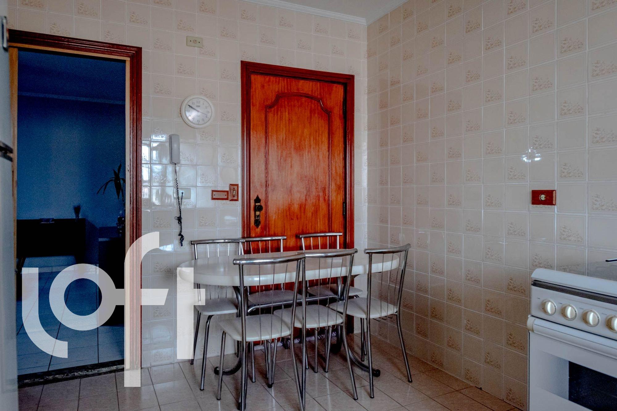 Foto de Cozinha com forno, cadeira, relógio