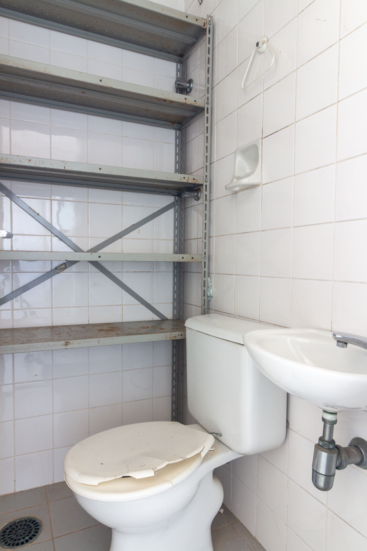 Foto de Lavanderia com vaso sanitário, pia