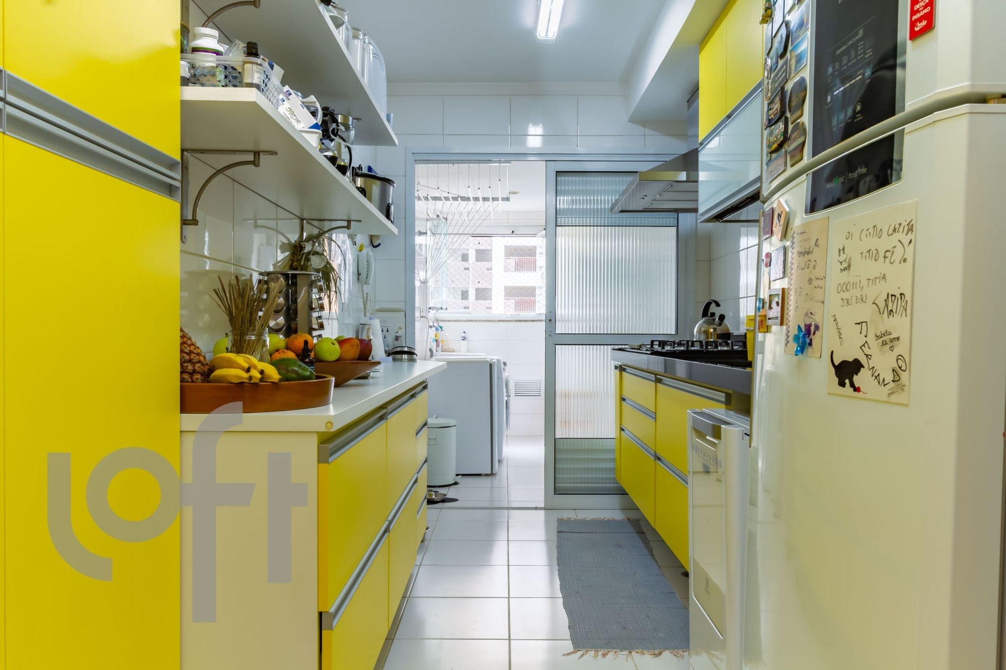 Foto de Cozinha com tigela, geladeira, pia