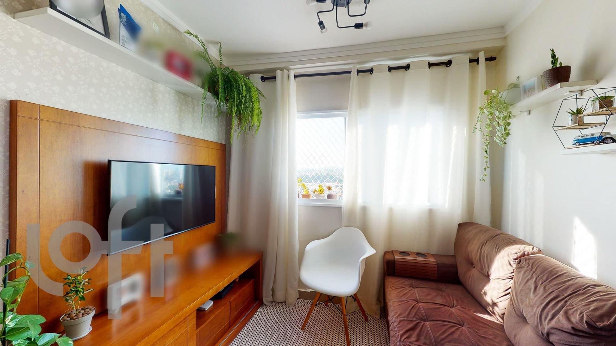 Foto de Sala com cama, vaso de planta, televisão, cadeira