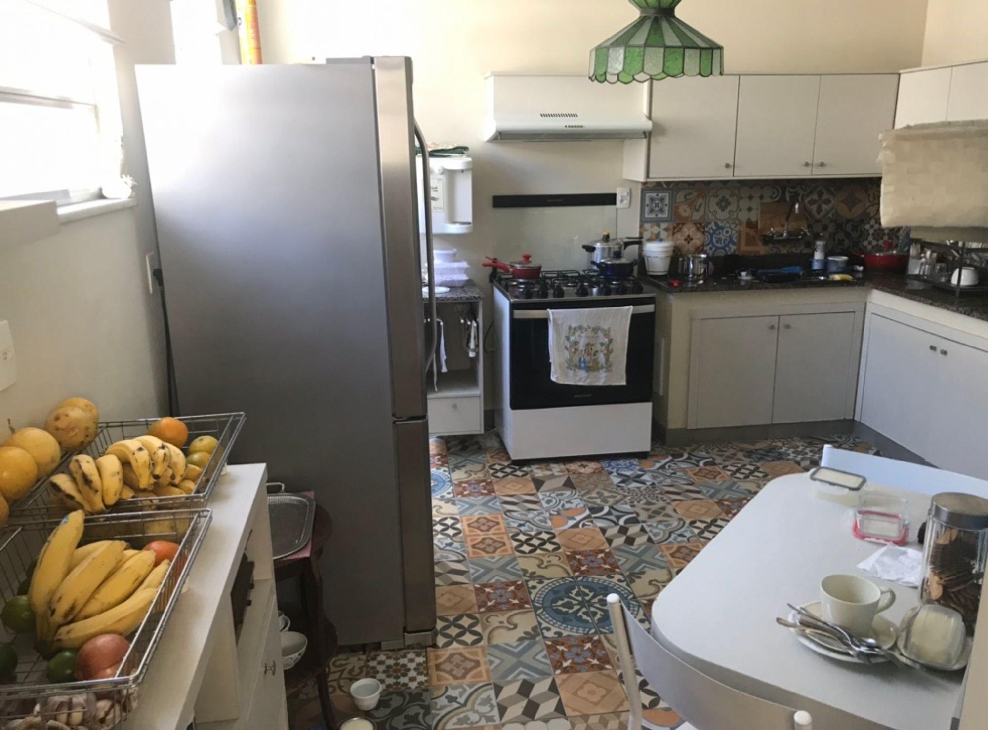 Foto de Cozinha com colher, forno, geladeira, cadeira, mesa de jantar, xícara