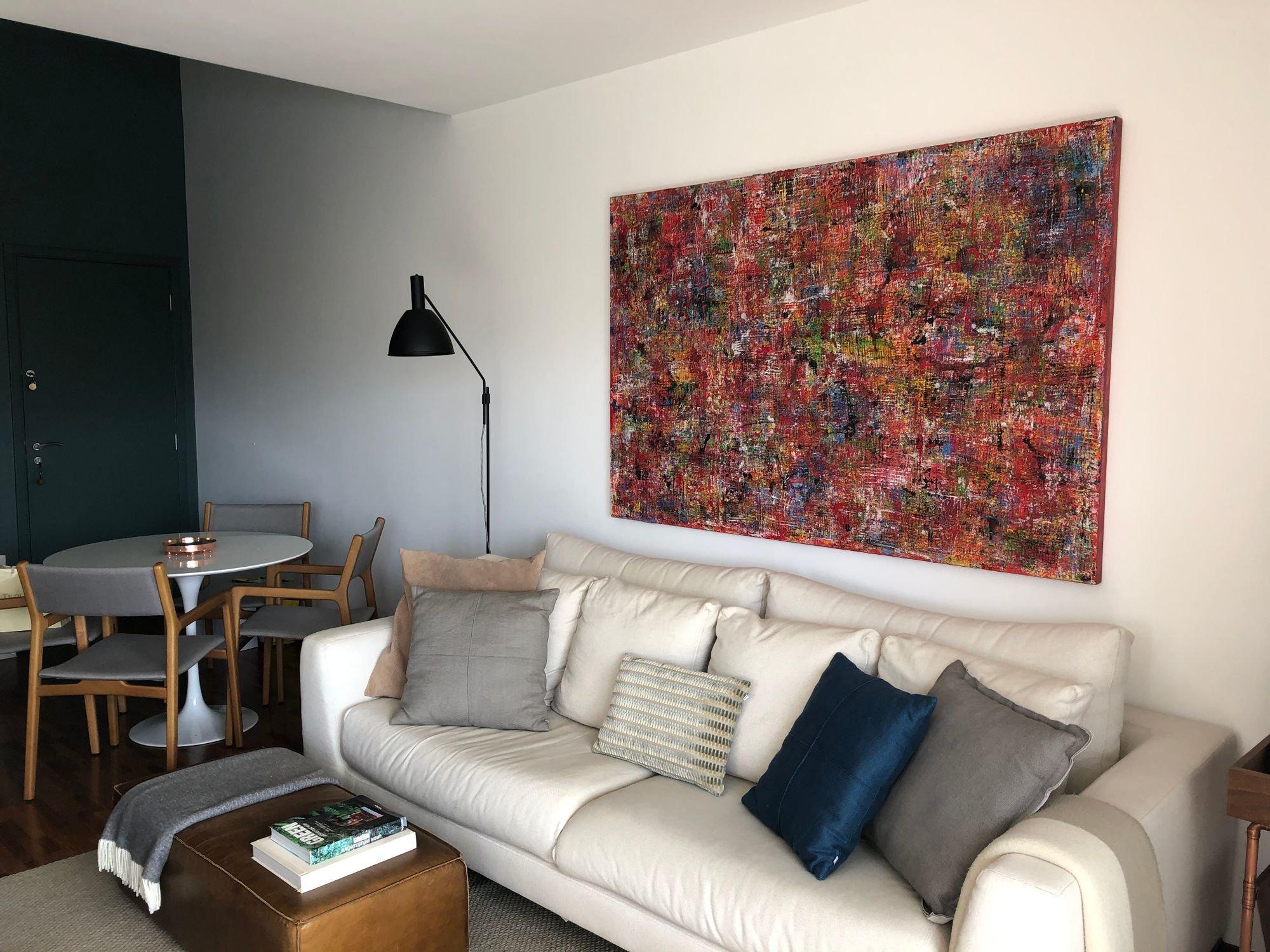 Foto de Sala com sofá, cadeira, livro