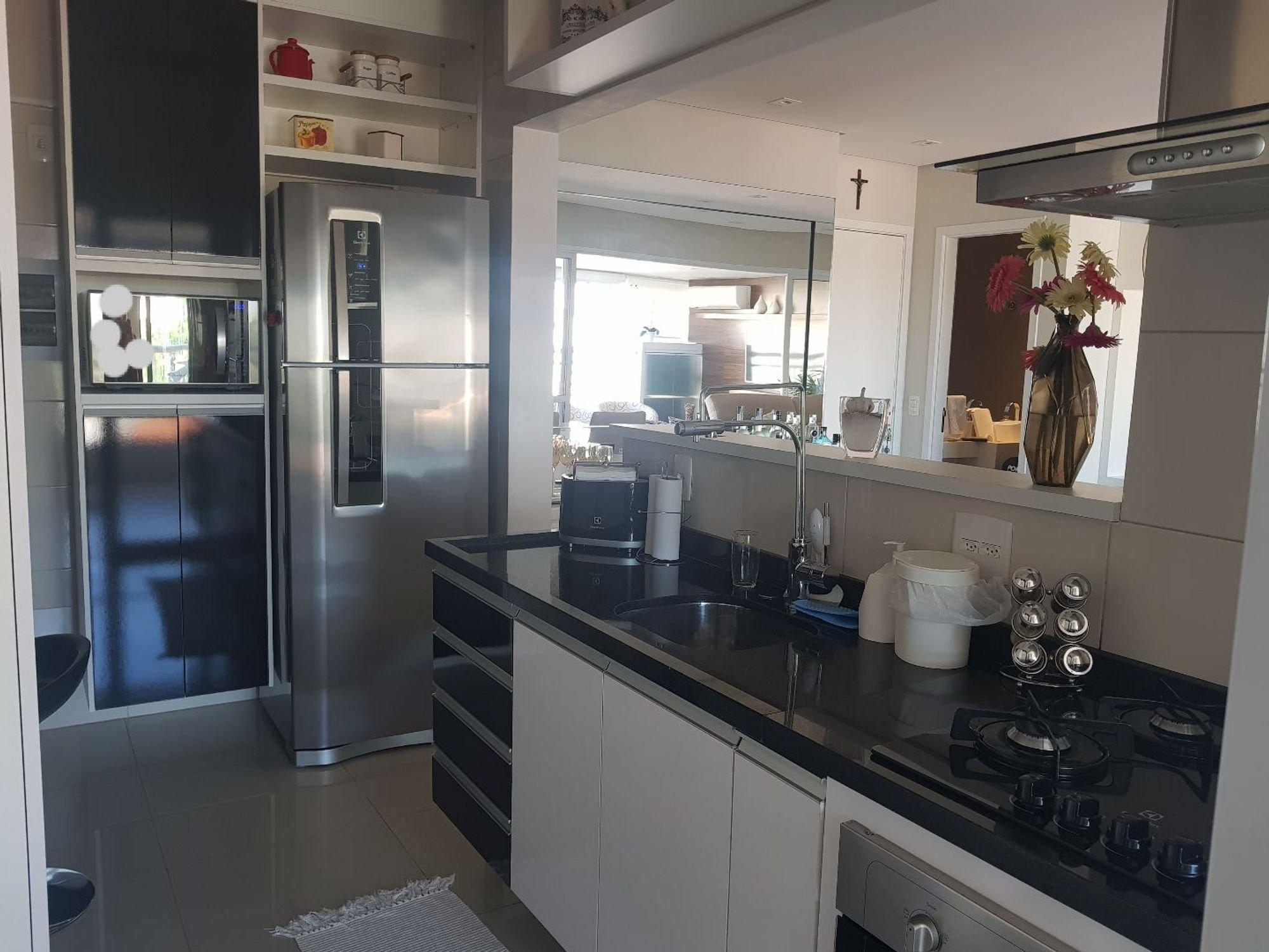 Foto de Cozinha com vaso, garrafa, forno, geladeira, pia