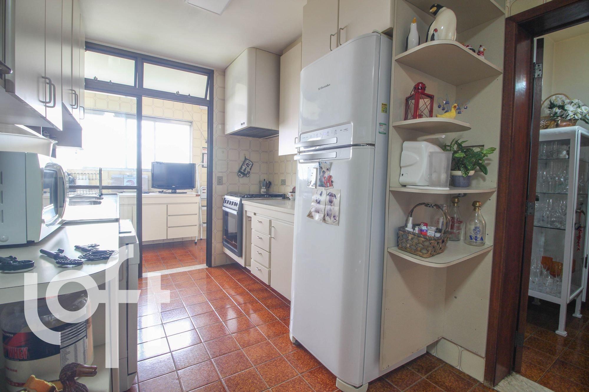 Foto de Cozinha com vaso de planta, copo de vinho, garrafa, geladeira, microondas