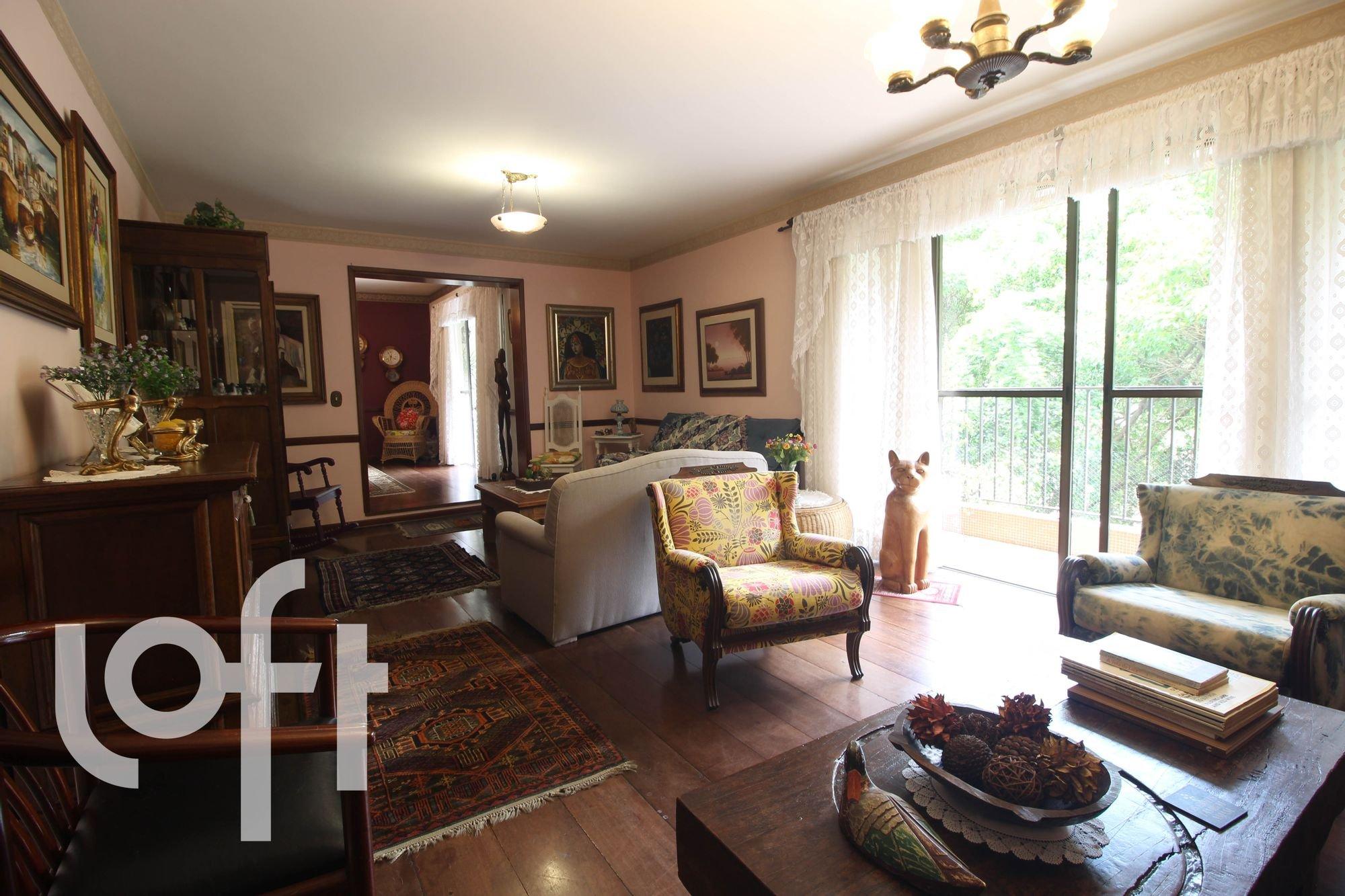 Foto de Sala com vaso de planta, sofá, cadeira, gato
