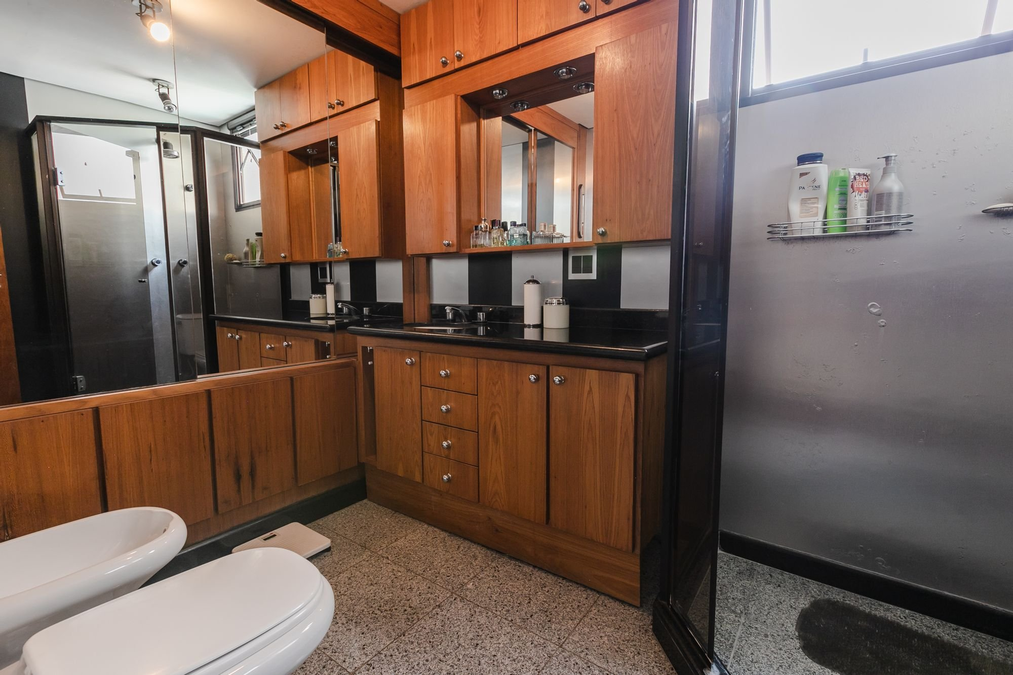 Foto de Cozinha com vaso sanitário, garrafa