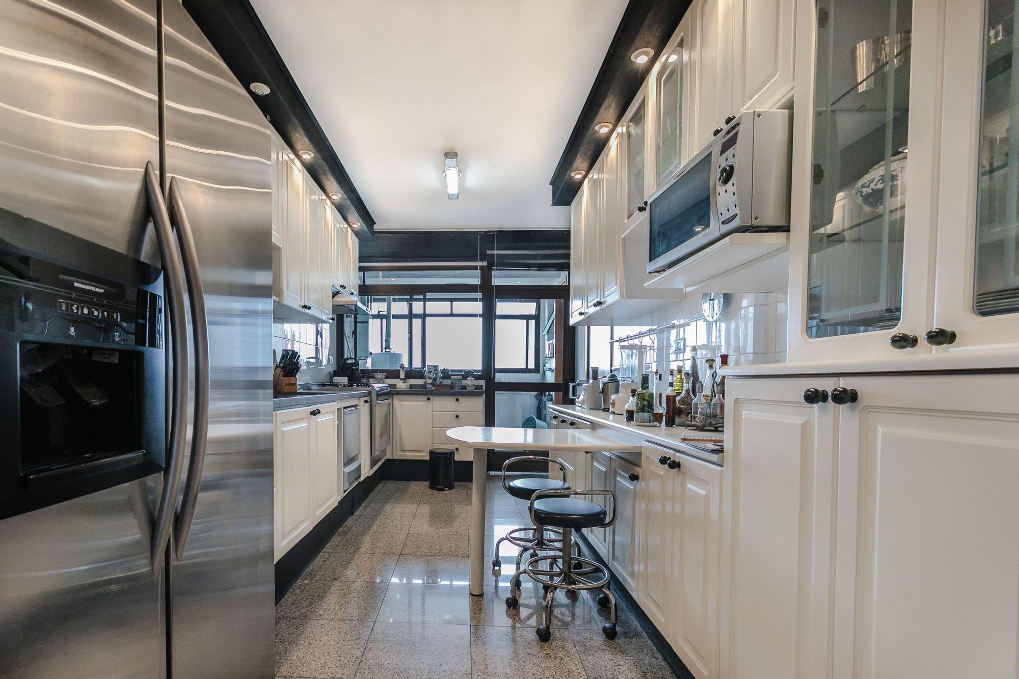 Foto de Cozinha com geladeira, cadeira, garrafa