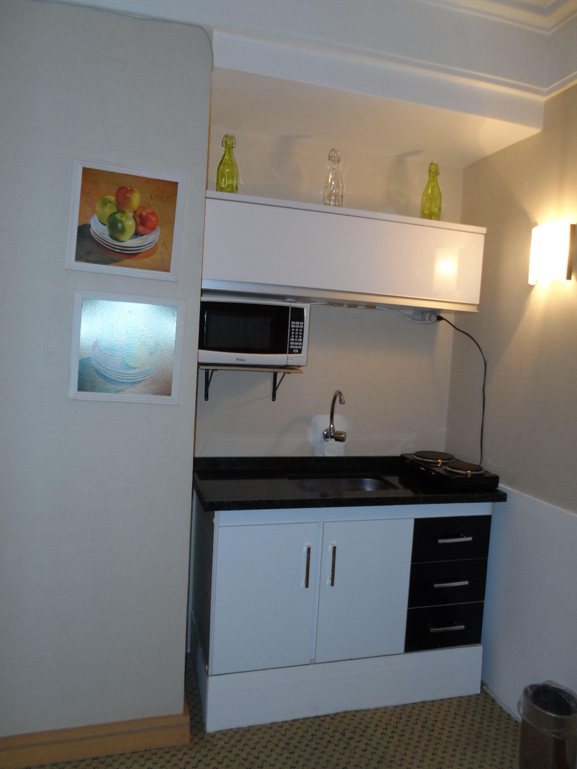 Foto de Cozinha com vaso, pia, microondas