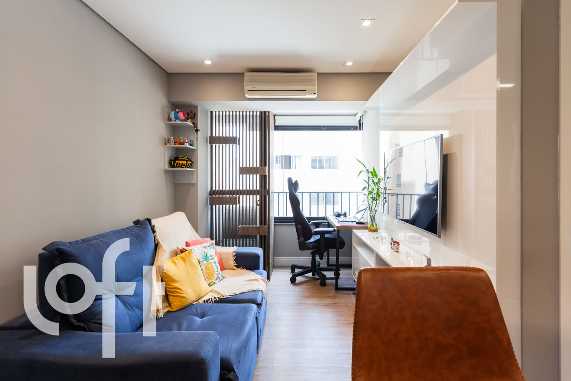 Foto de Sala com vaso de planta, sofá, vaso, cadeira, livro