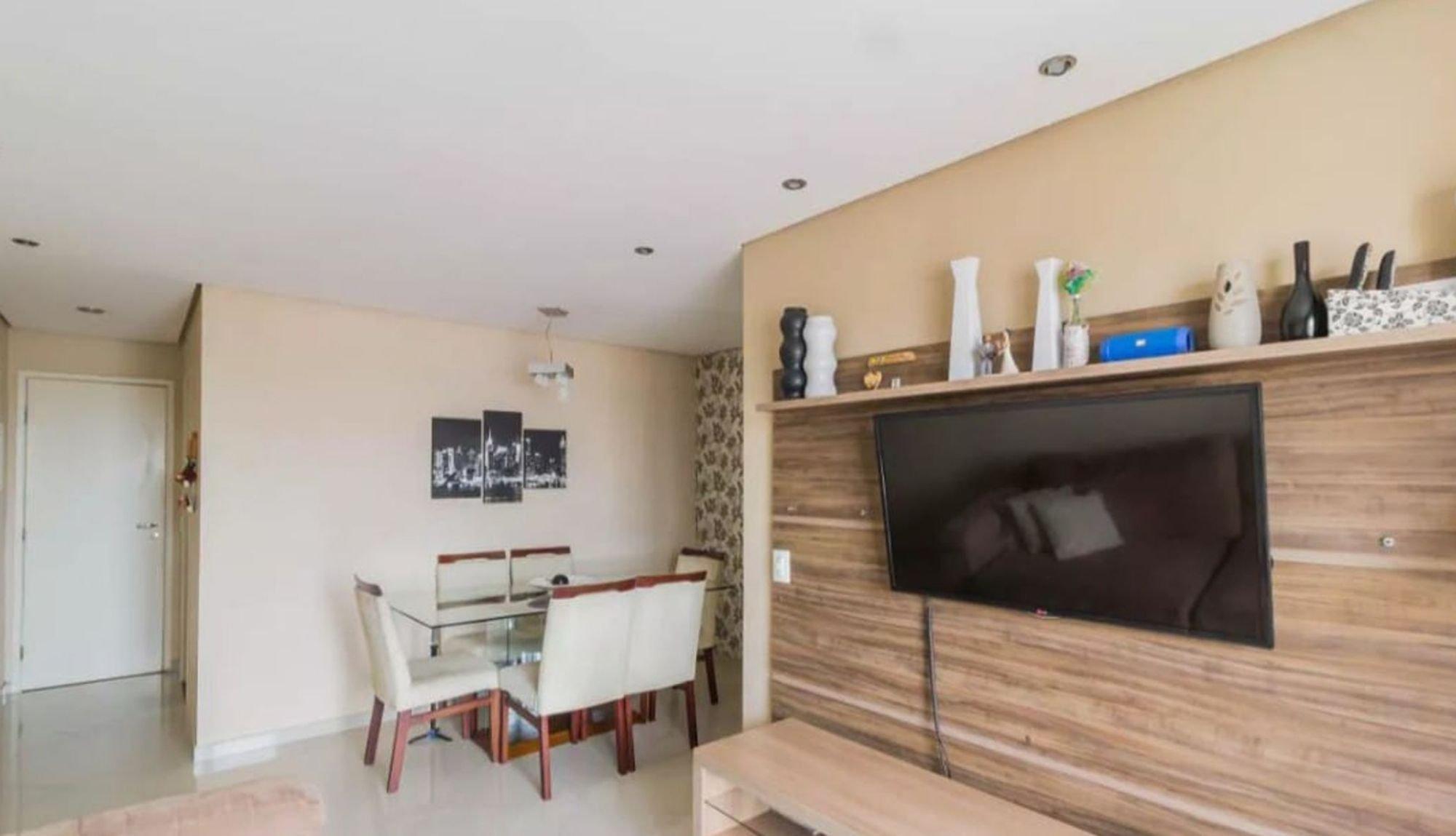 Foto de Sala com televisão, vaso, cadeira