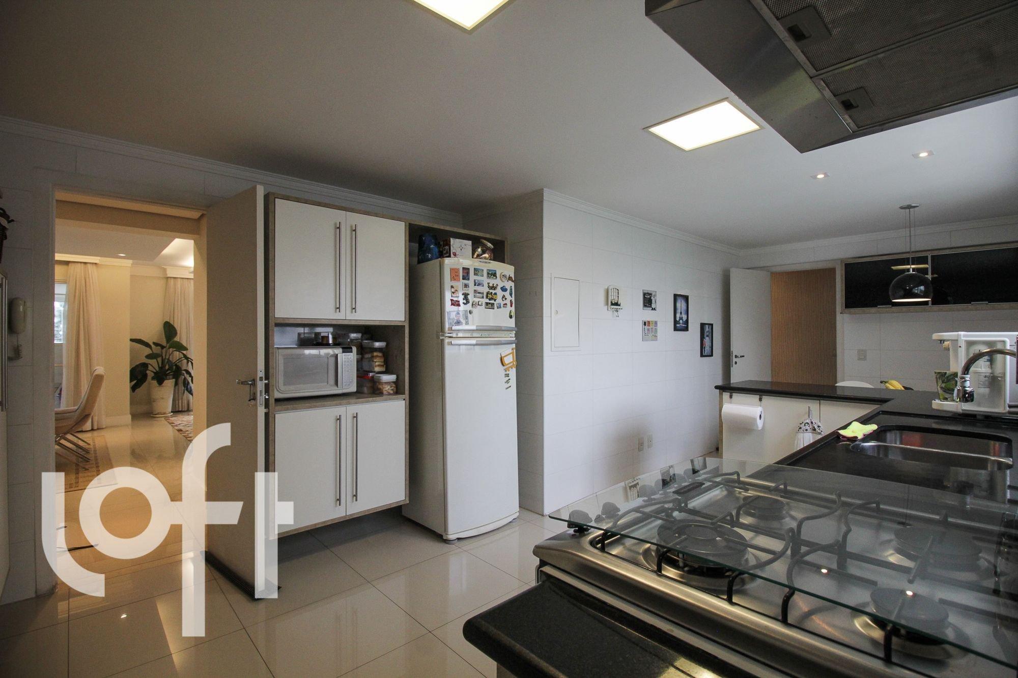 Foto de Cozinha com vaso de planta, forno, geladeira, pia, cadeira, microondas