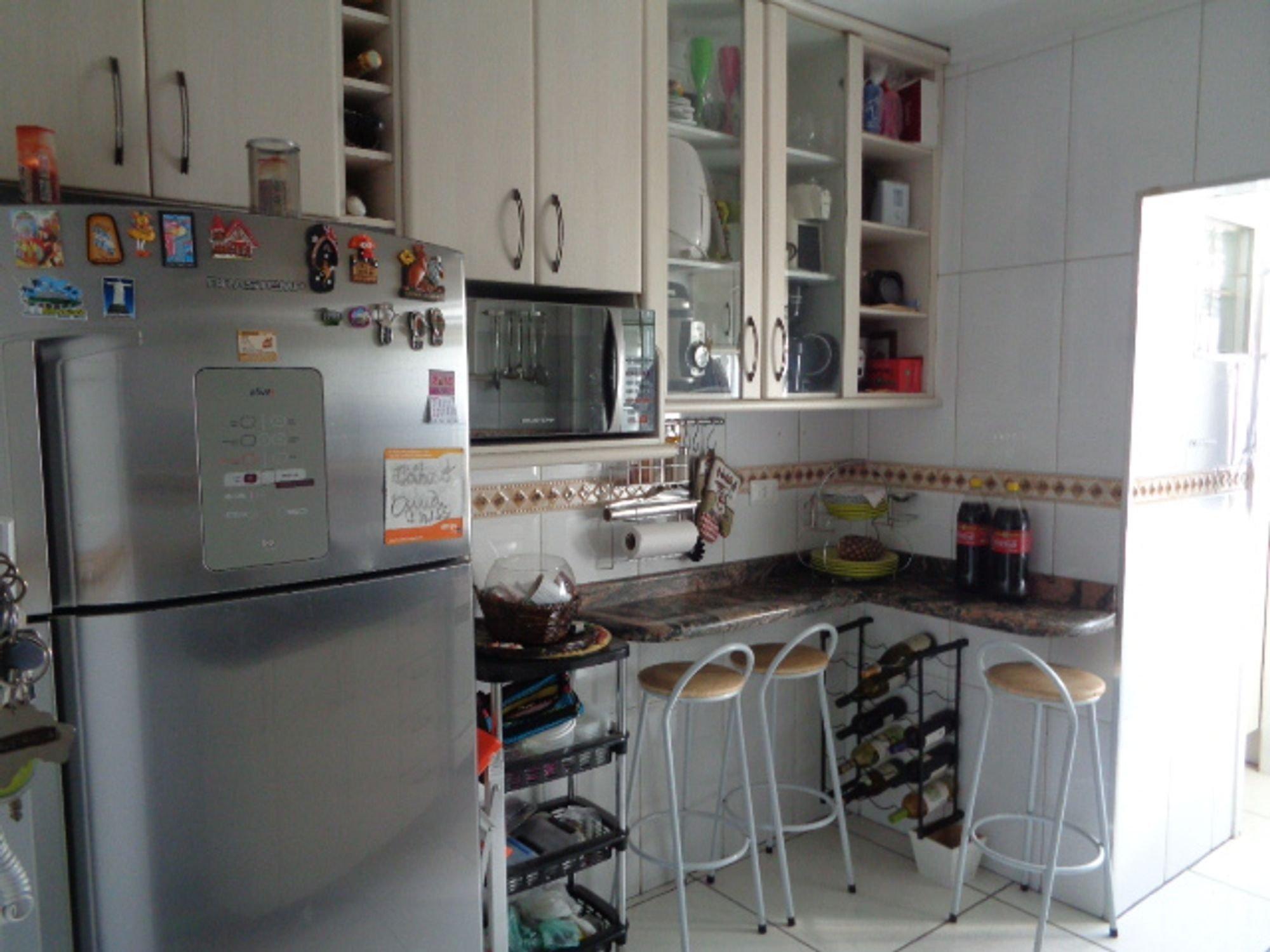 Foto de Cozinha com garrafa, geladeira, cadeira, pia, xícara