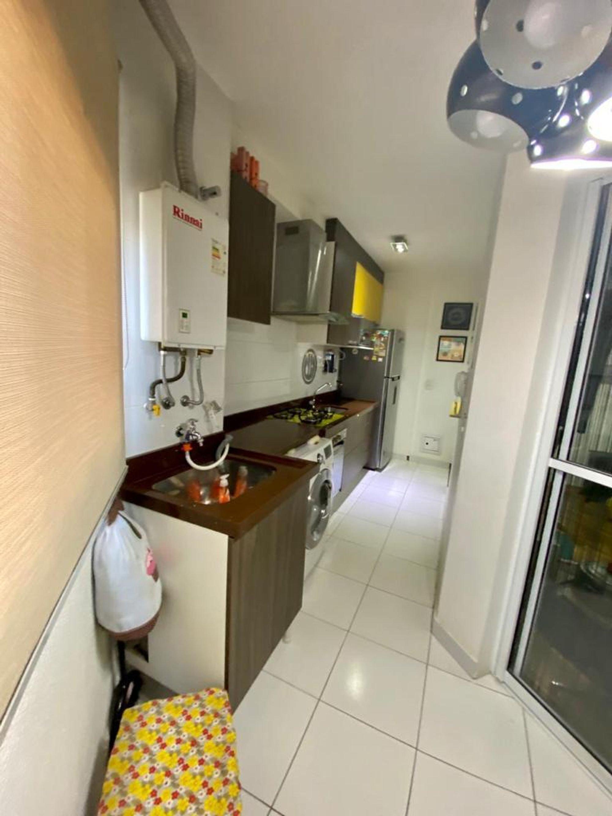 Foto de Cozinha com televisão, forno, geladeira, microondas