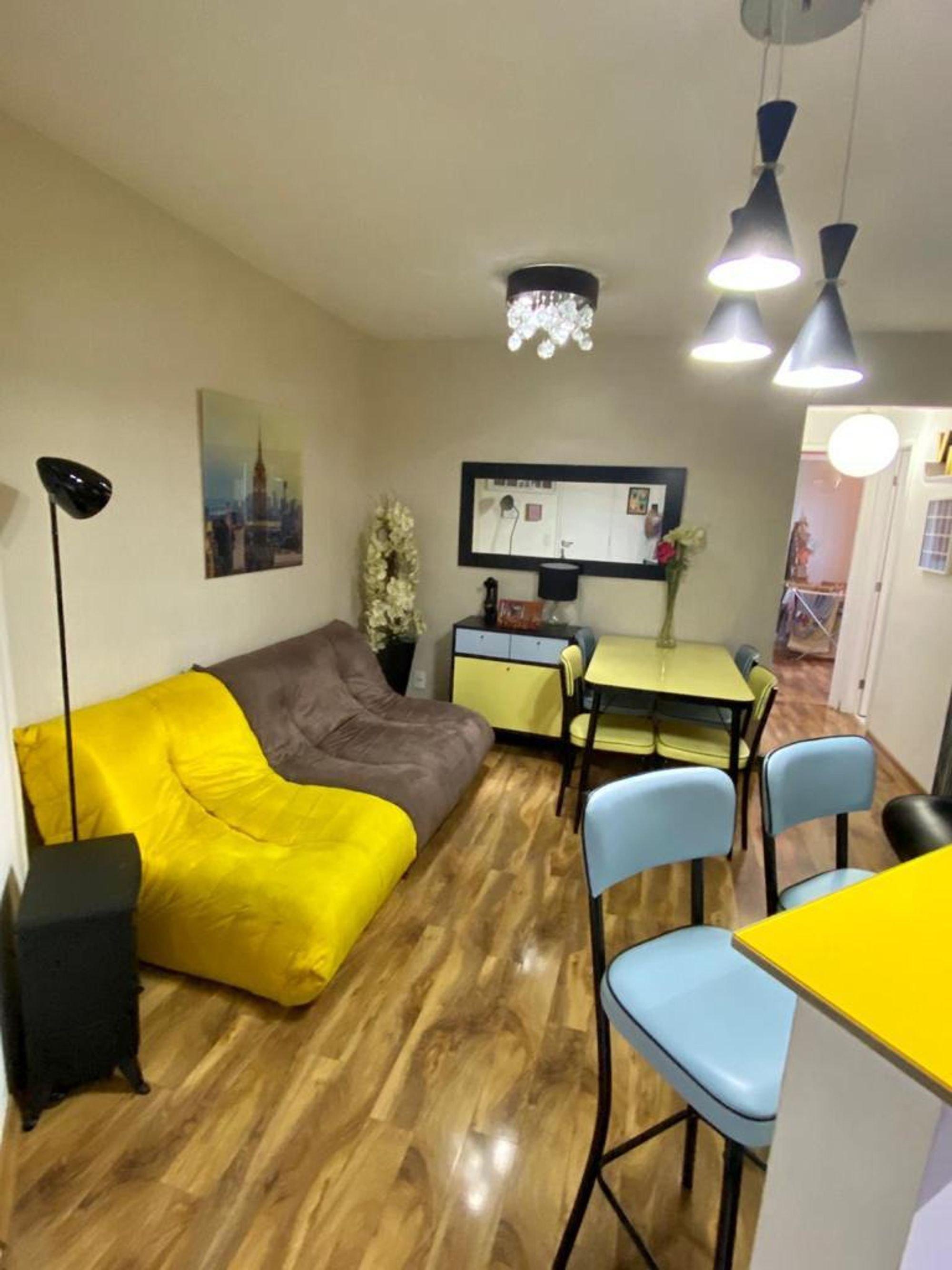 Foto de Sala com cama, vaso, cadeira, mesa de jantar