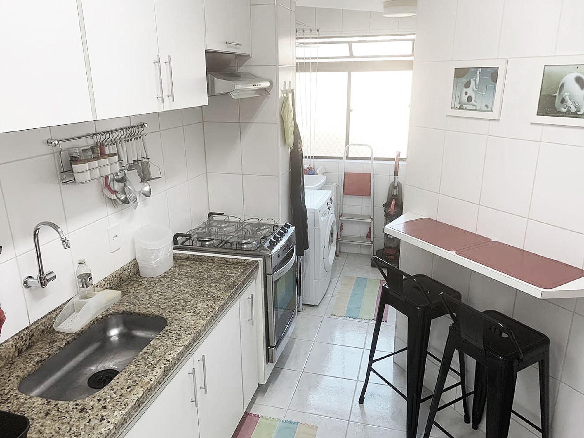 Foto de Cozinha com forno, tigela, cadeira, pia, mesa de jantar