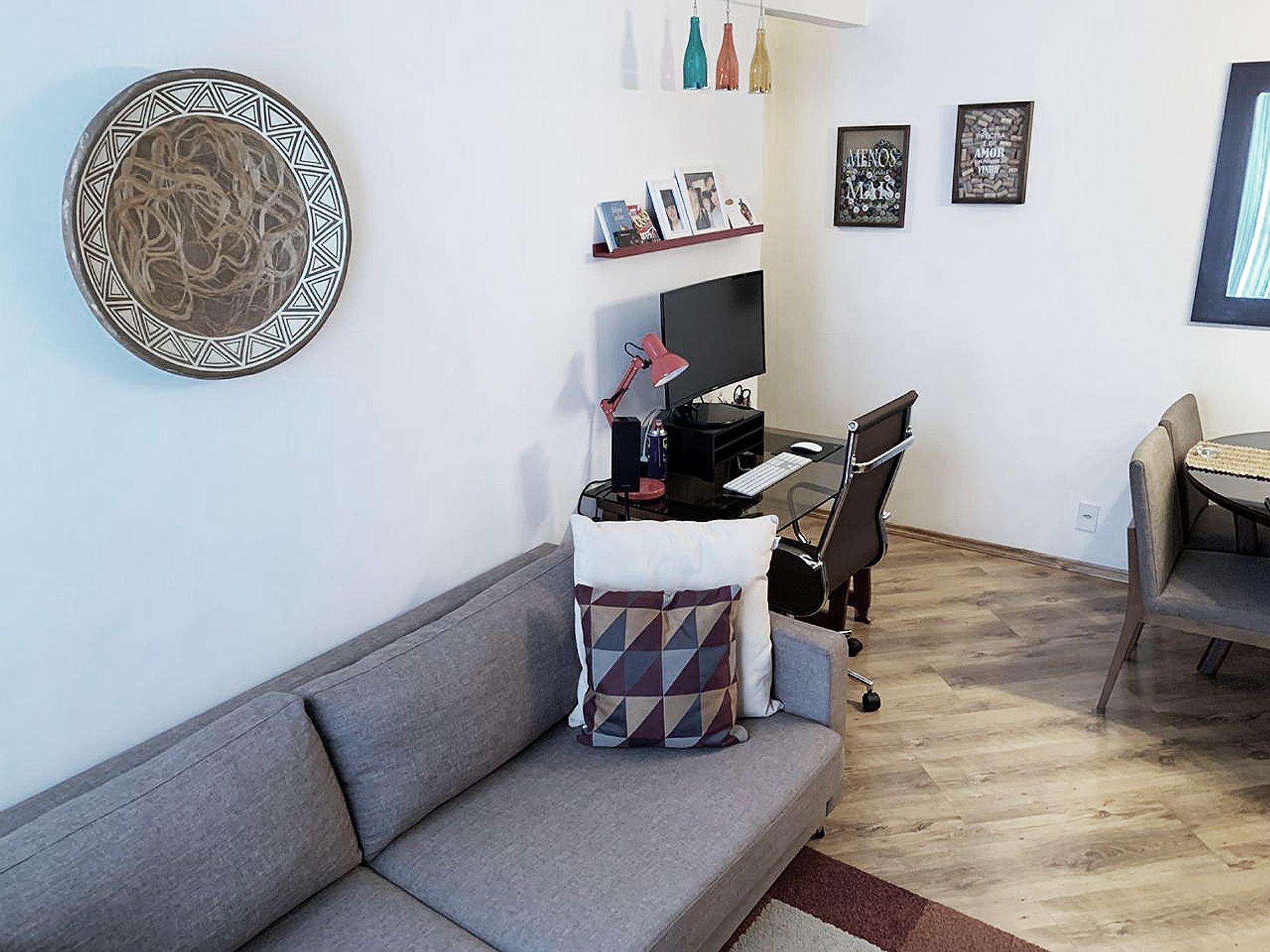 Foto de Sala com teclado, sofá, televisão, garrafa, cadeira, livro