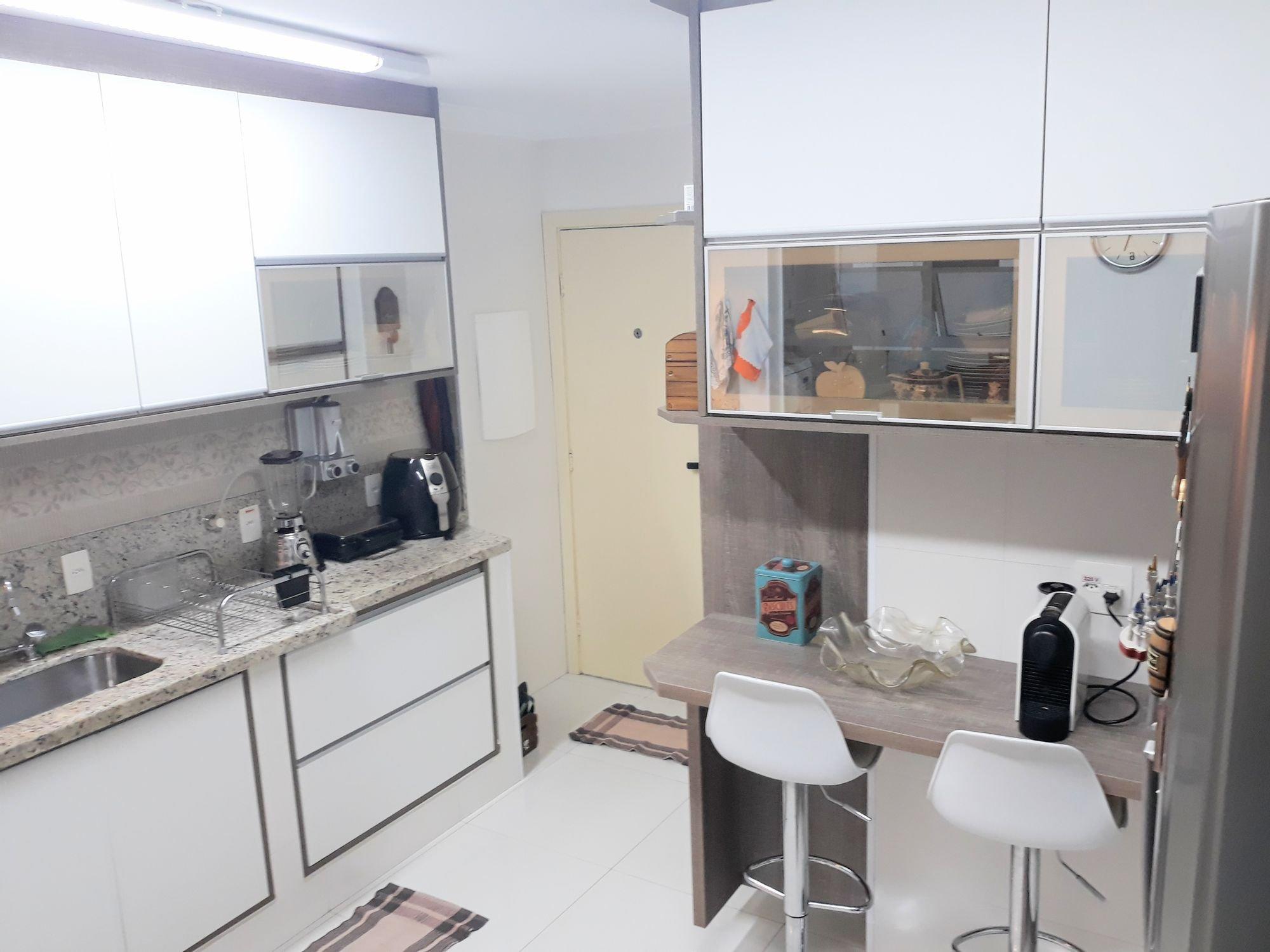 Foto de Cozinha com garrafa, pia, cadeira, mesa de jantar, xícara