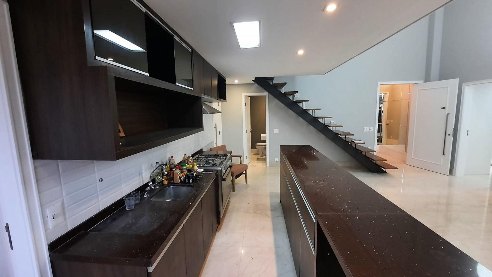 Foto de Cozinha com televisão, pia, xícara
