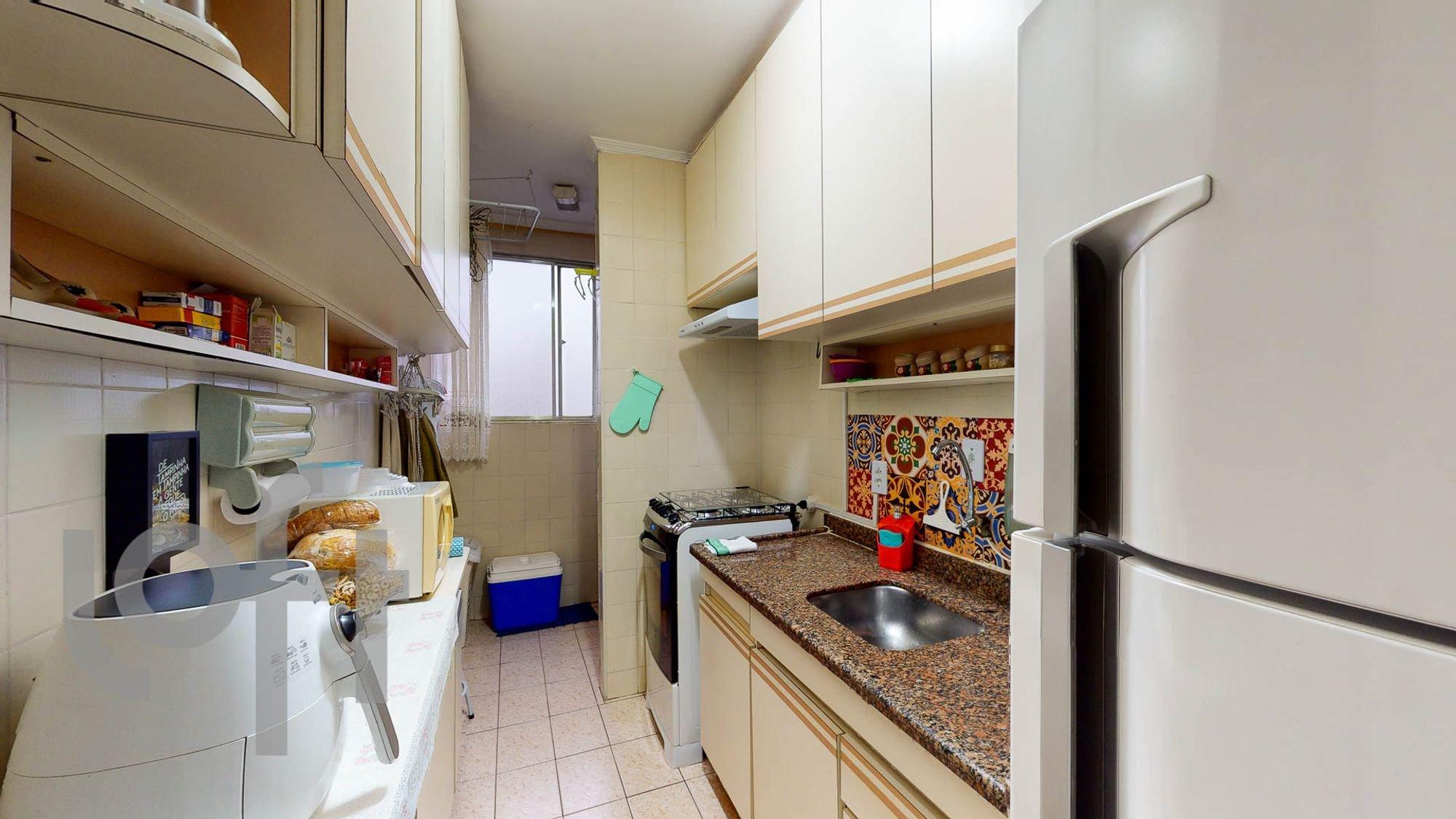 Foto de Cozinha com geladeira, pia, garrafa