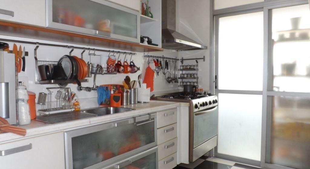Foto de Cozinha com colher, garrafa, forno, pia