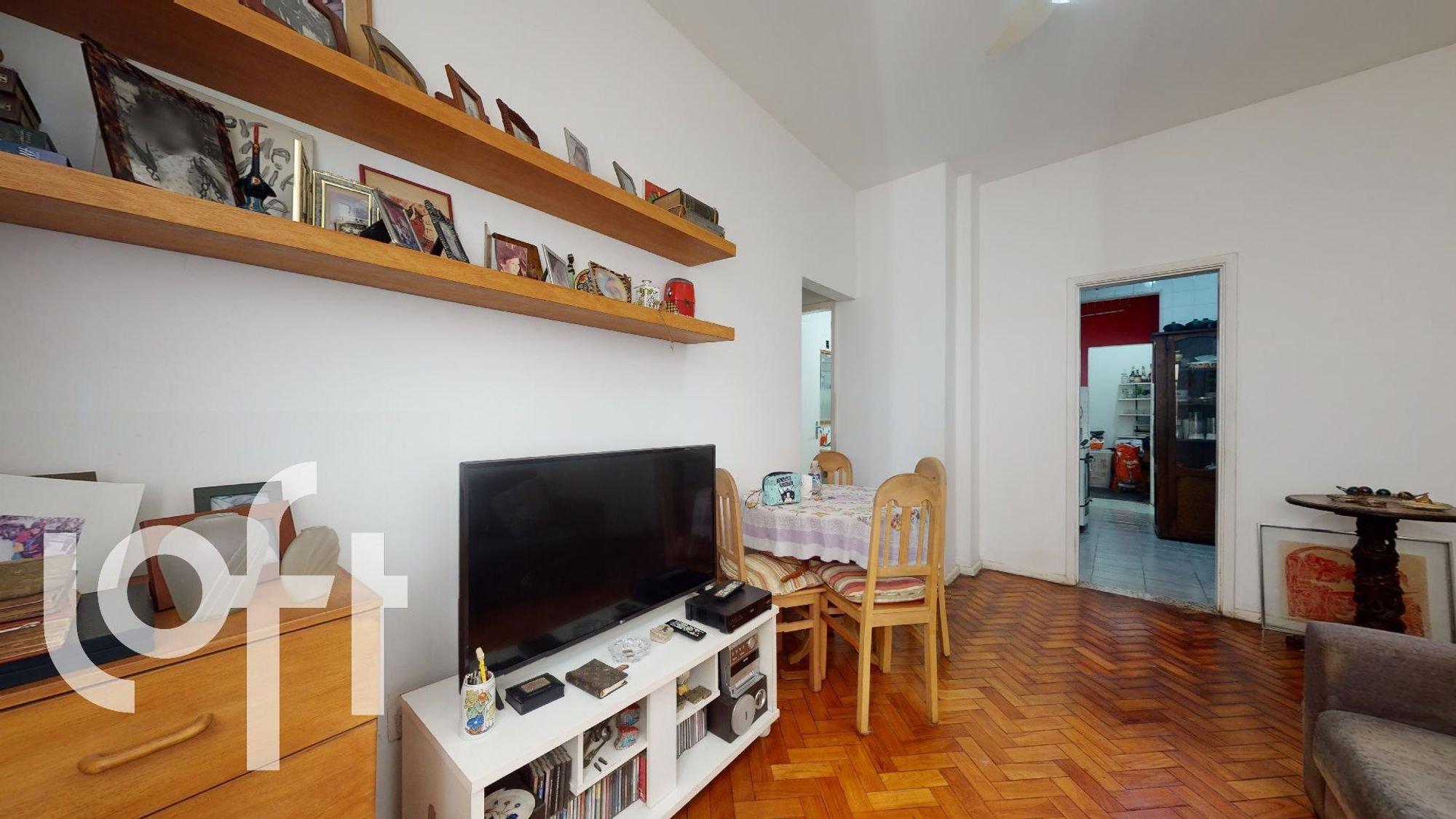 Foto de Sala com sofá, televisão, garrafa, controle remoto, cadeira