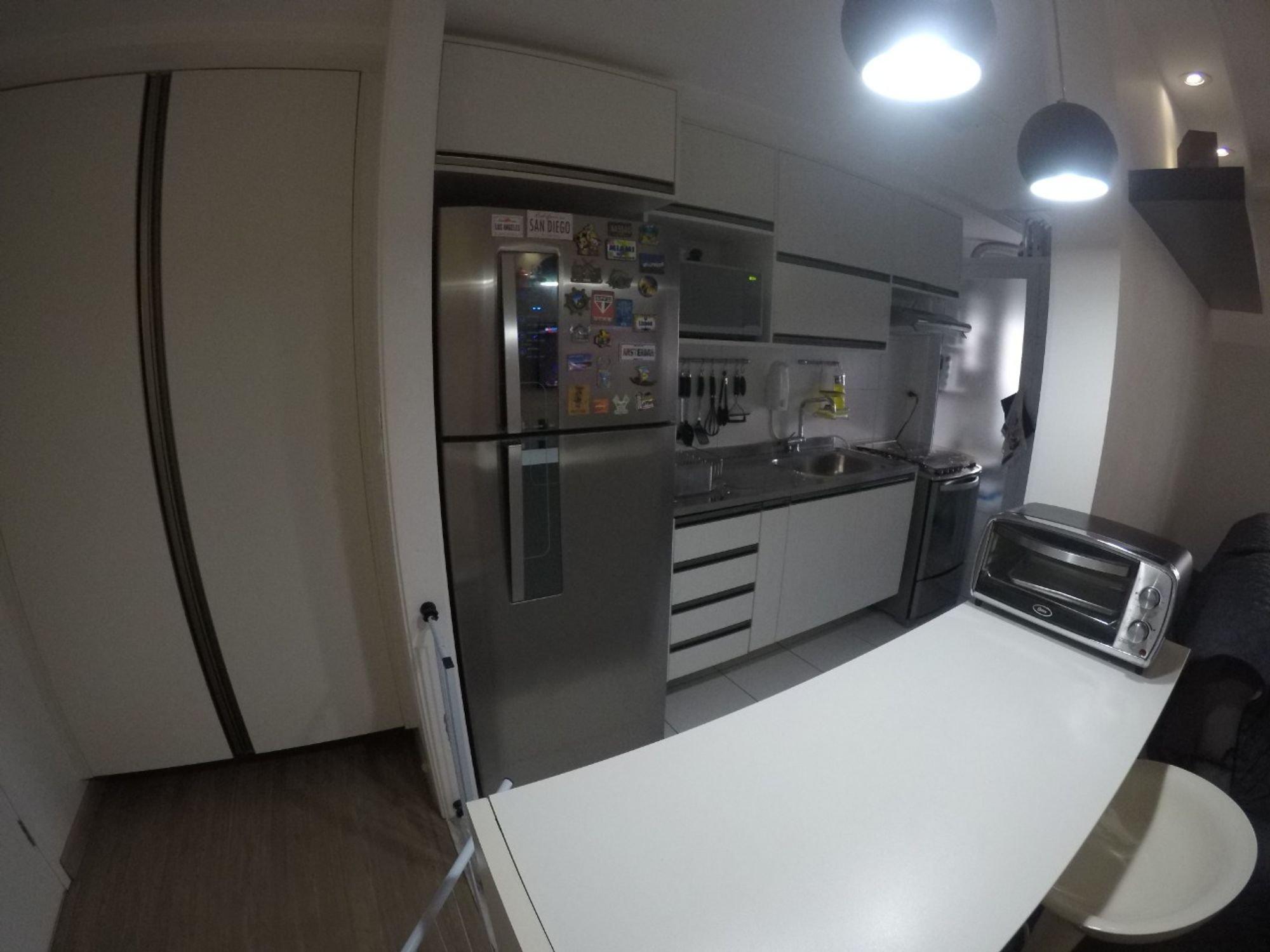 Foto de Cozinha com faca, garrafa, geladeira, pia, cadeira, mesa de jantar