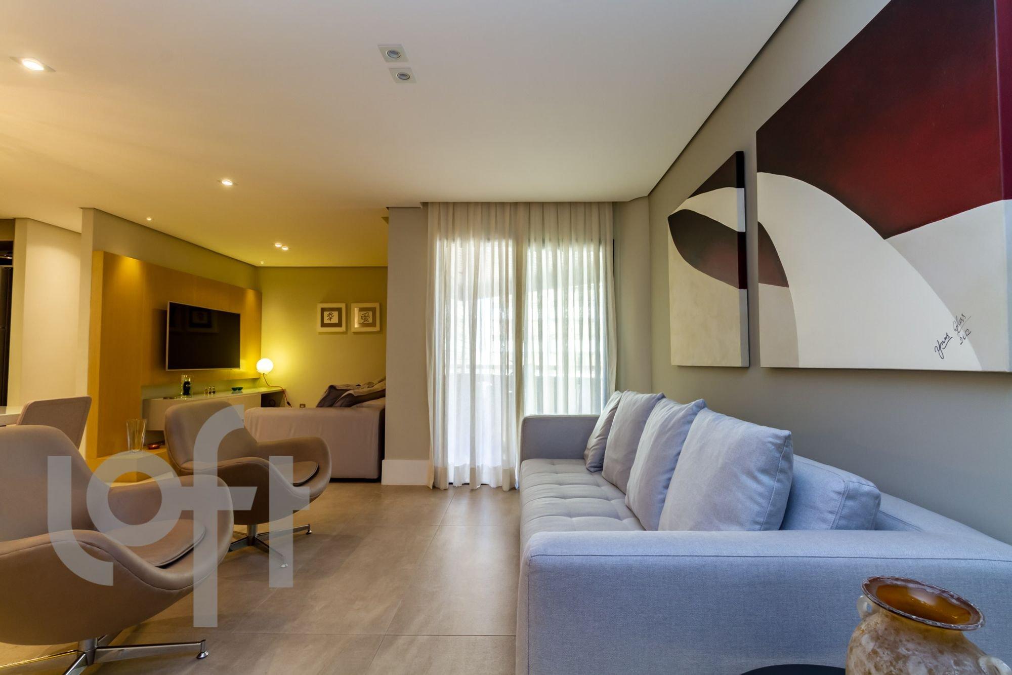 Foto de Sala com cama, sofá, televisão, cadeira