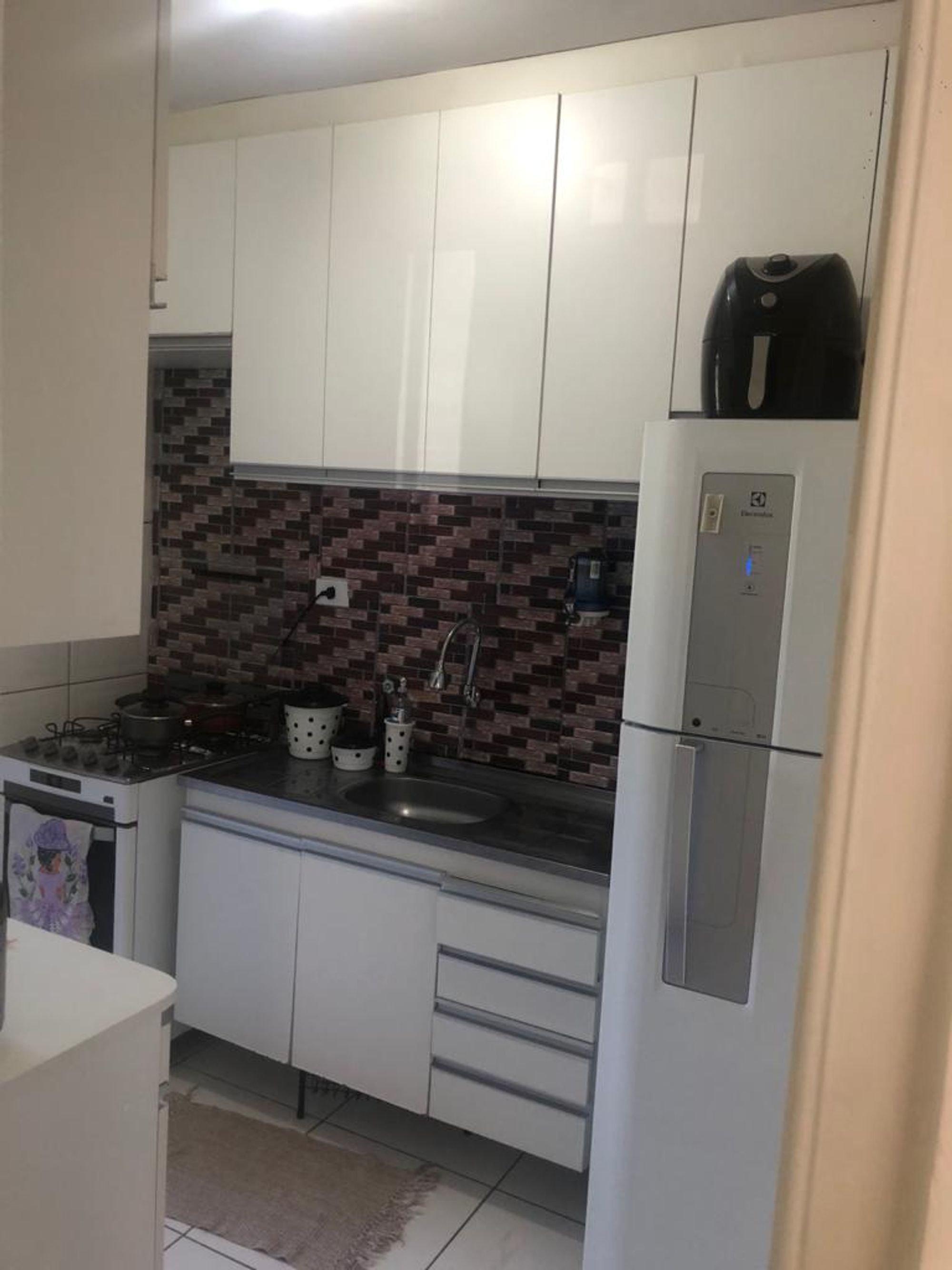 Foto de Cozinha com garrafa, forno, geladeira, pia, mesa de jantar, xícara