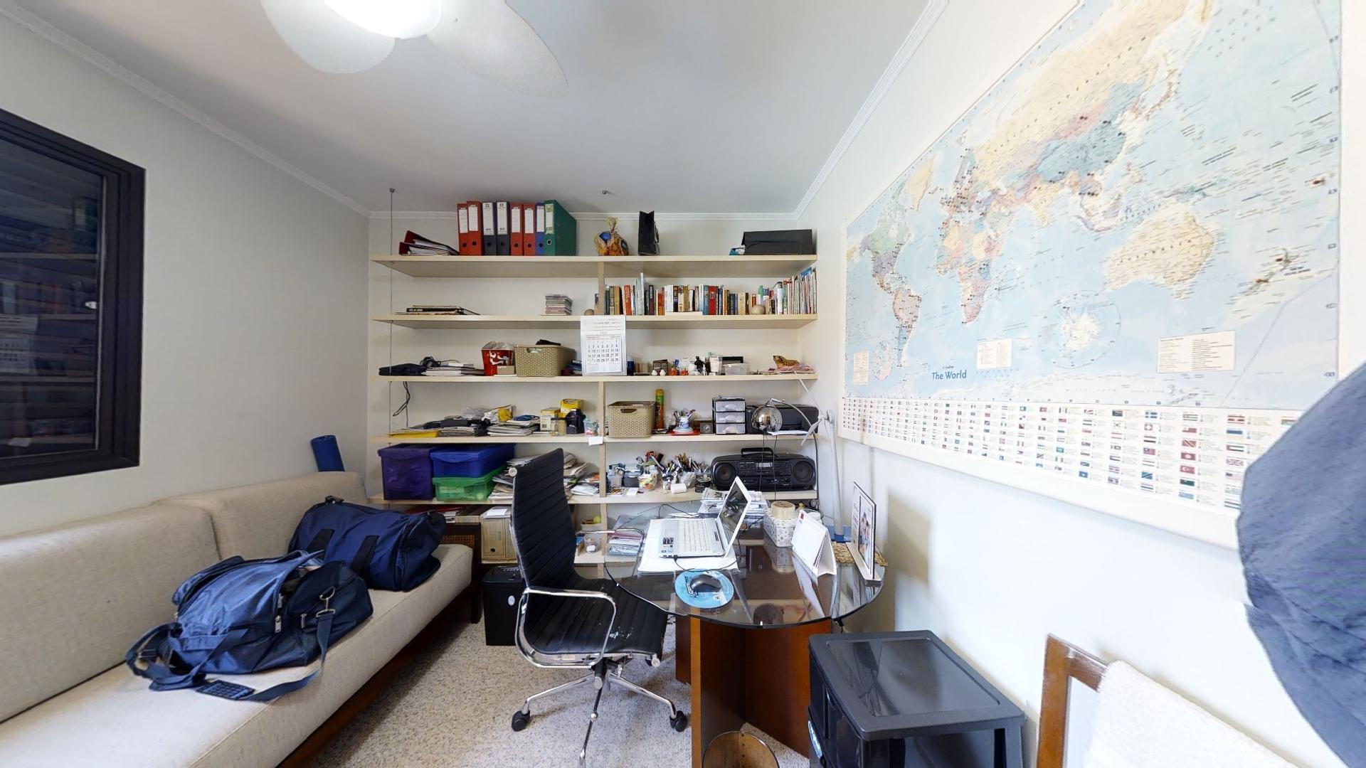 Foto de Quarto com cadeira, mochila, livro, sofá, vaso, tigela, computador portátil