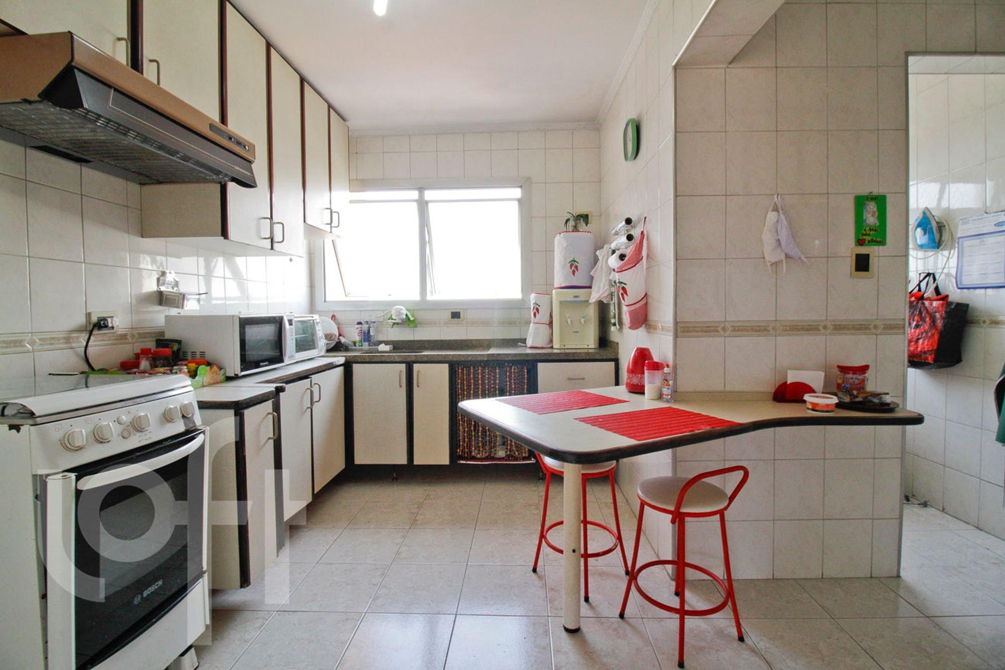 Foto de Cozinha com garrafa, forno, cadeira, pia, microondas