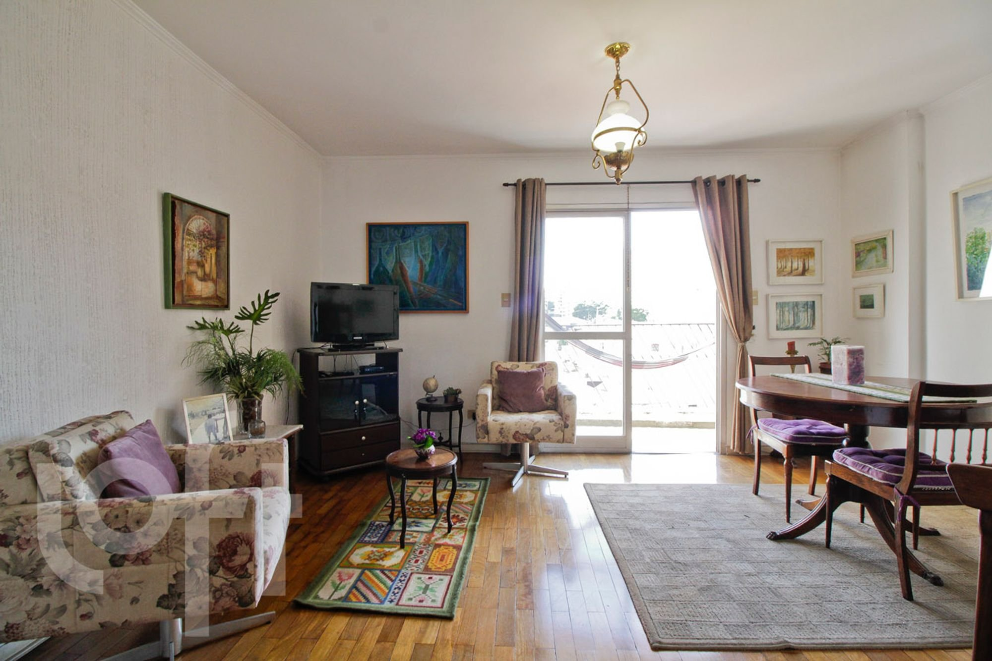 Foto de Sala com vaso de planta, sofá, televisão, vaso, cadeira, xícara