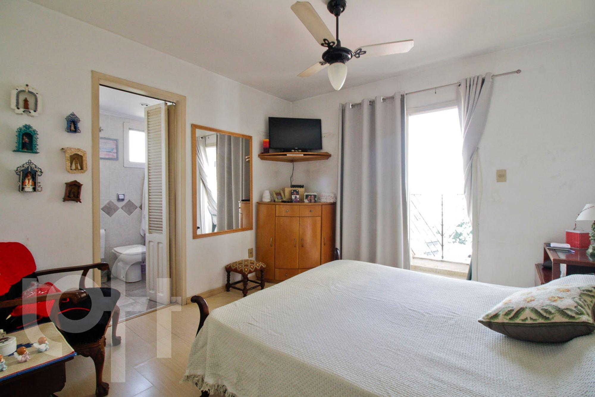 Foto de Quarto com cama, televisão, vaso sanitário, cadeira