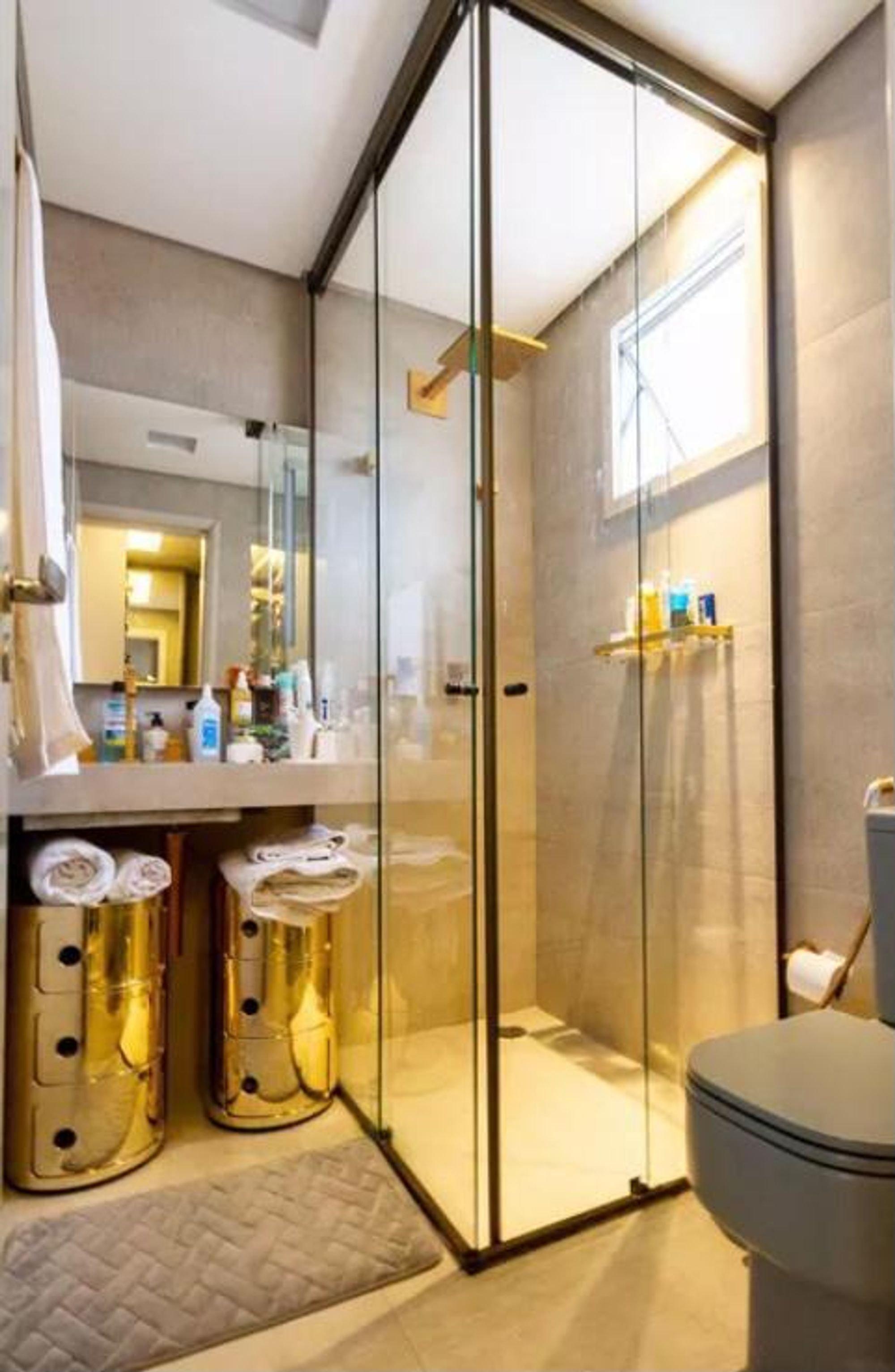 Foto de Banheiro com vaso sanitário, garrafa
