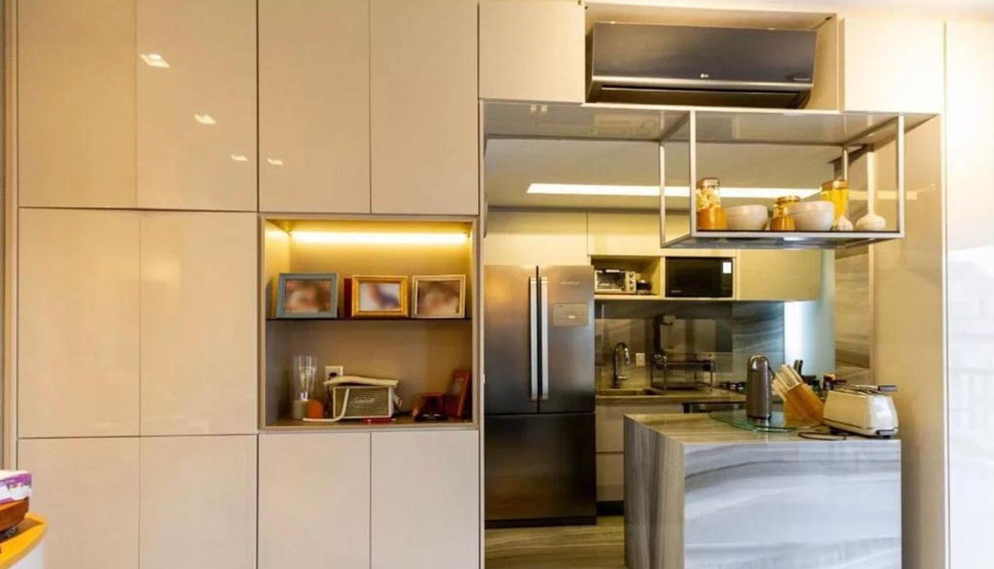 Foto de Cozinha com geladeira, microondas, garrafa