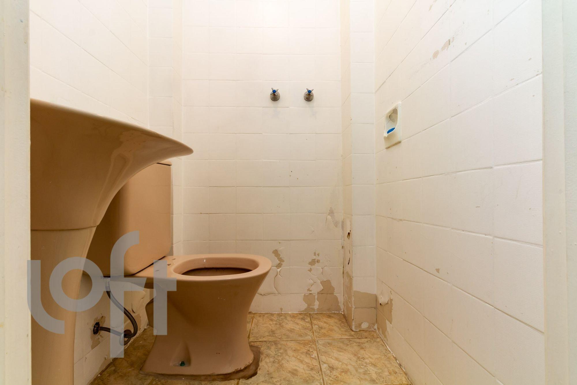 Foto de Lavanderia com vaso sanitário