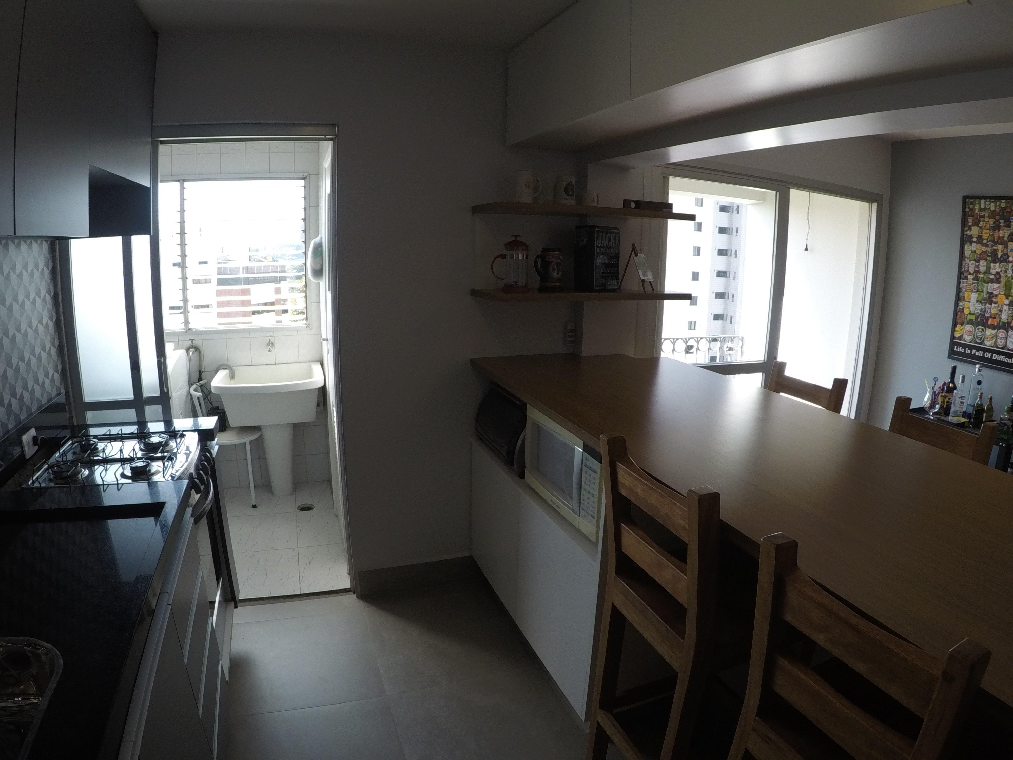 Foto de Cozinha com garrafa, cadeira, pia, mesa de jantar