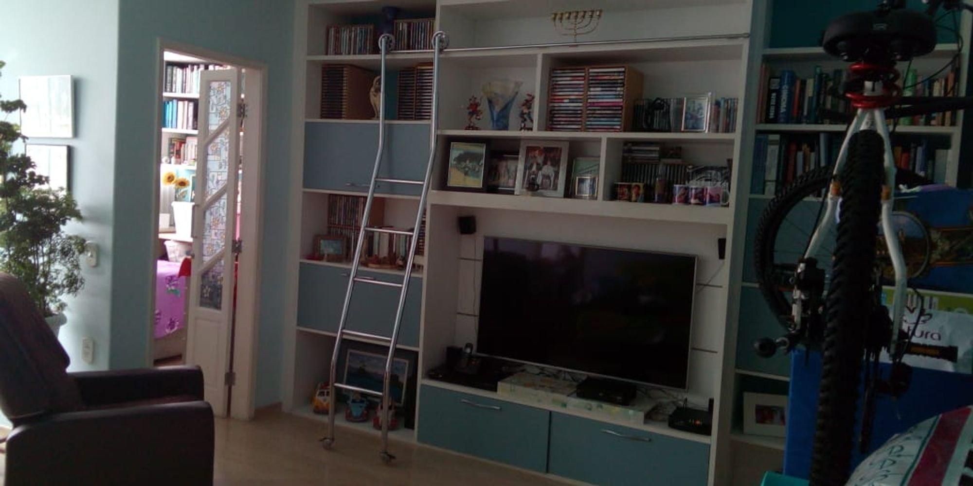 Foto de Sala com televisão, cadeira, livro