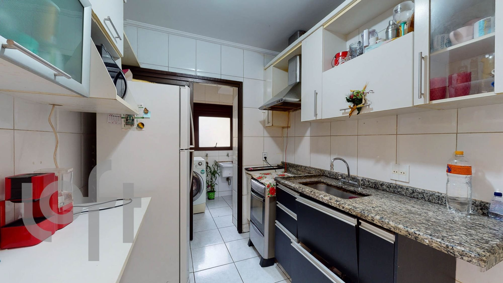 Foto de Cozinha com garrafa, geladeira, pia, microondas