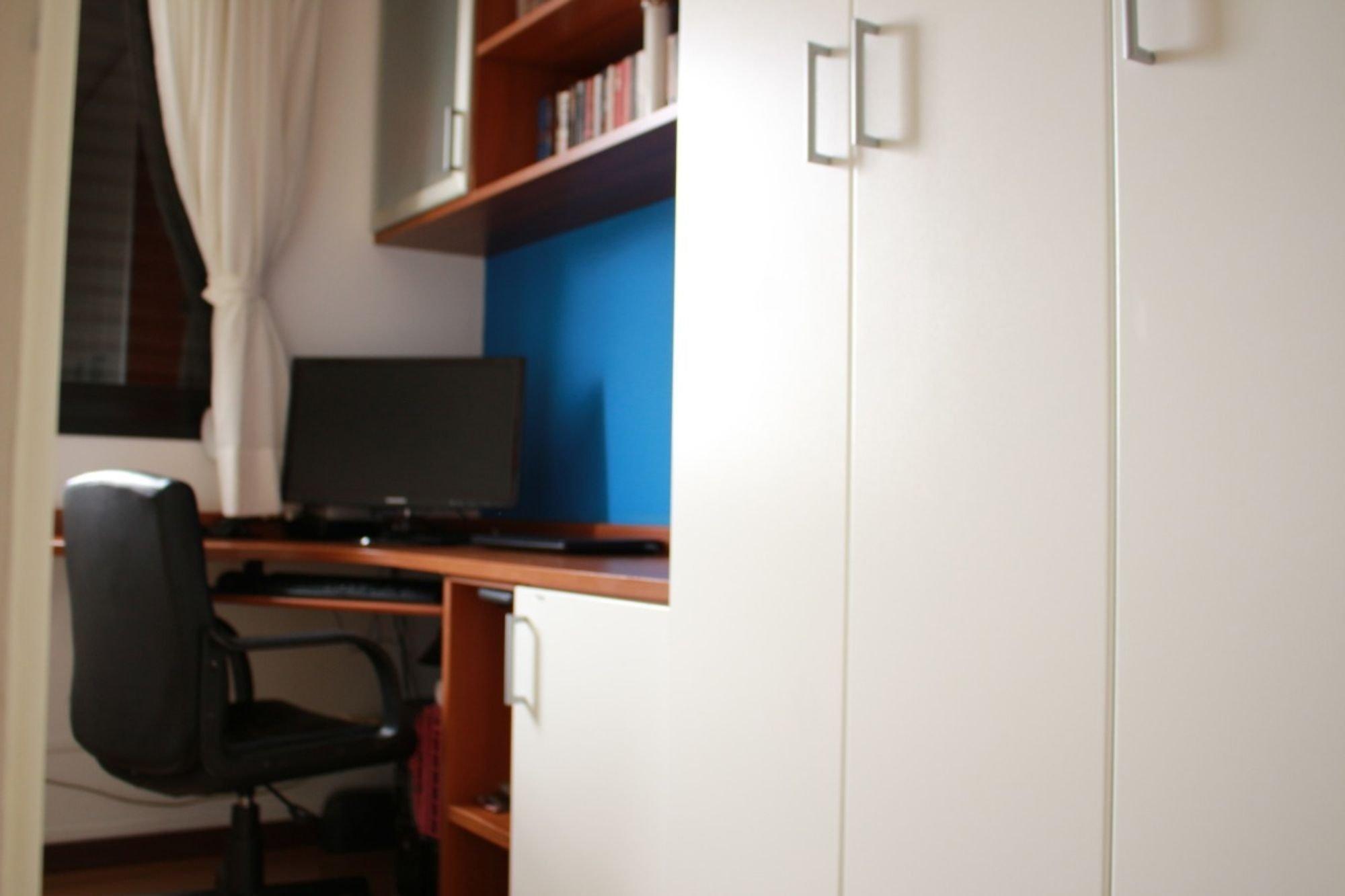 Foto de Quarto com geladeira, televisão, cadeira