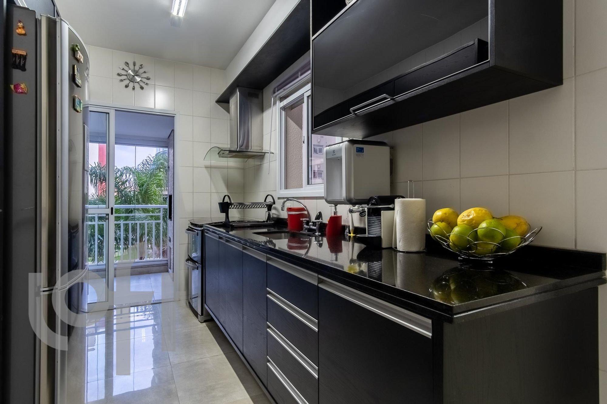 Foto de Cozinha com maçã, garrafa, tigela, geladeira, pia