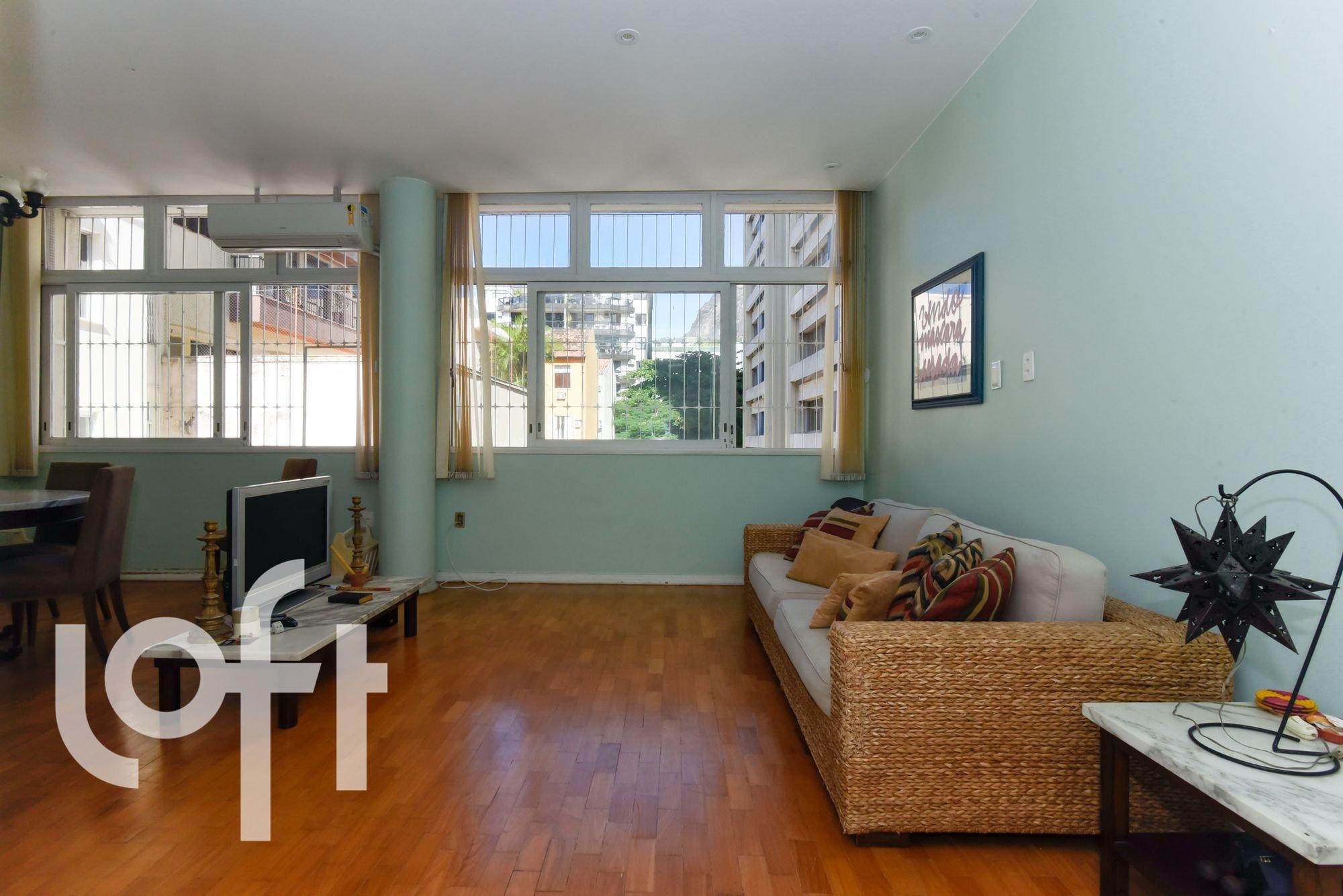 Foto de Sala com vaso de planta, sofá, televisão, banco, cadeira