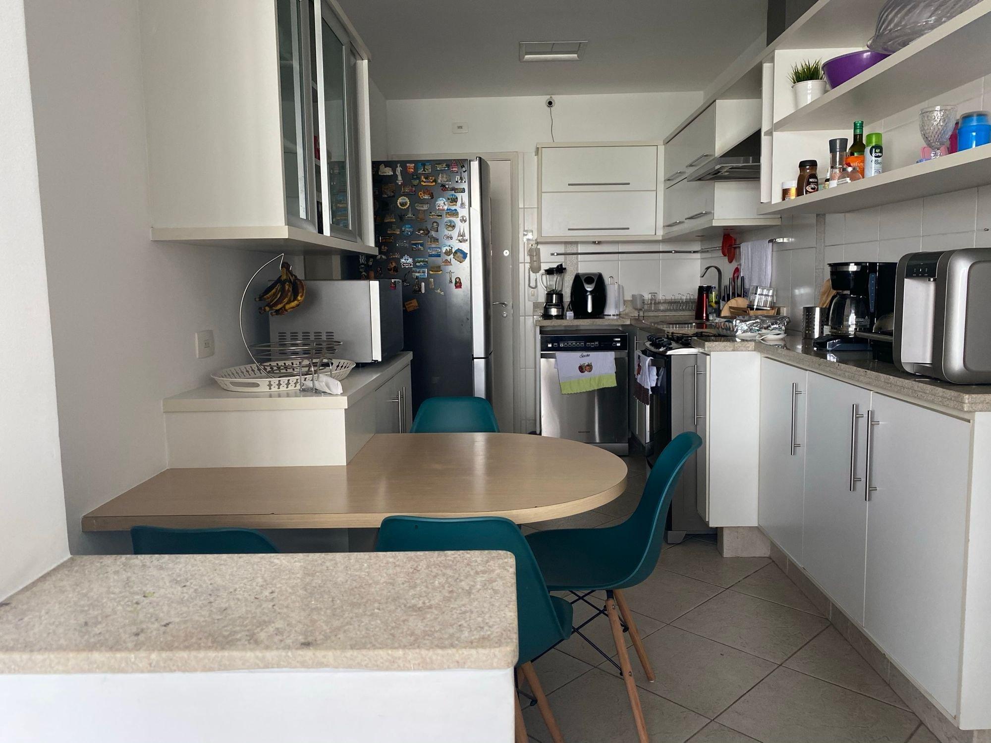 Foto de Cozinha com garrafa, forno, tigela, geladeira, cadeira, mesa de jantar