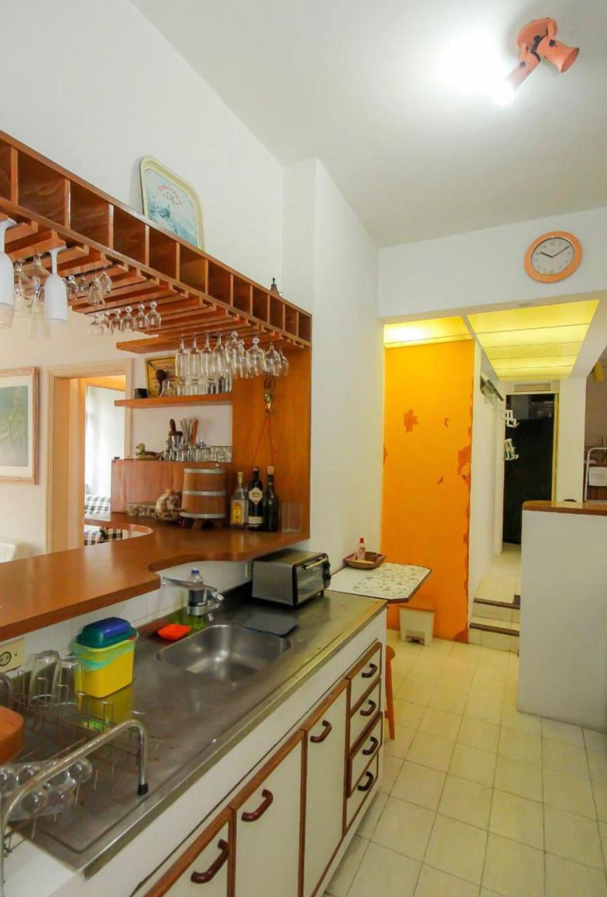 Foto de Cozinha com copo de vinho, garrafa, pia, microondas