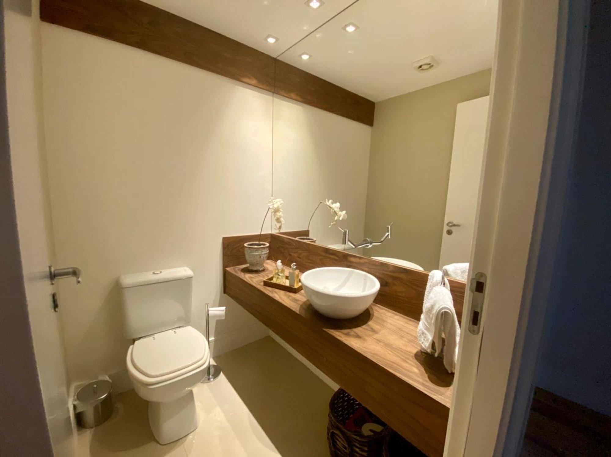 Foto de Banheiro com vaso sanitário, pia, xícara